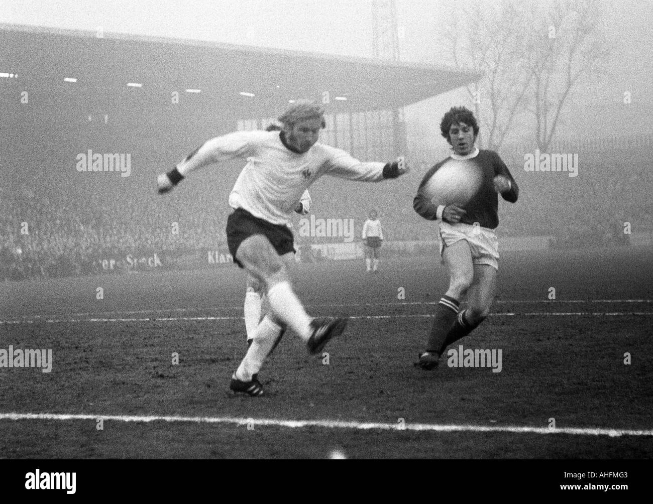football, Bundesliga, 1971/1972, FC Schalke 04 versus Eintracht Frankfurt 2:0, Glueckaufkampfbahn Stadium in Gelsenkirchen, scene of the match, clearance of Horst Heese (Frankfurt) left before Klaus Fischer (S04) - Stock Image