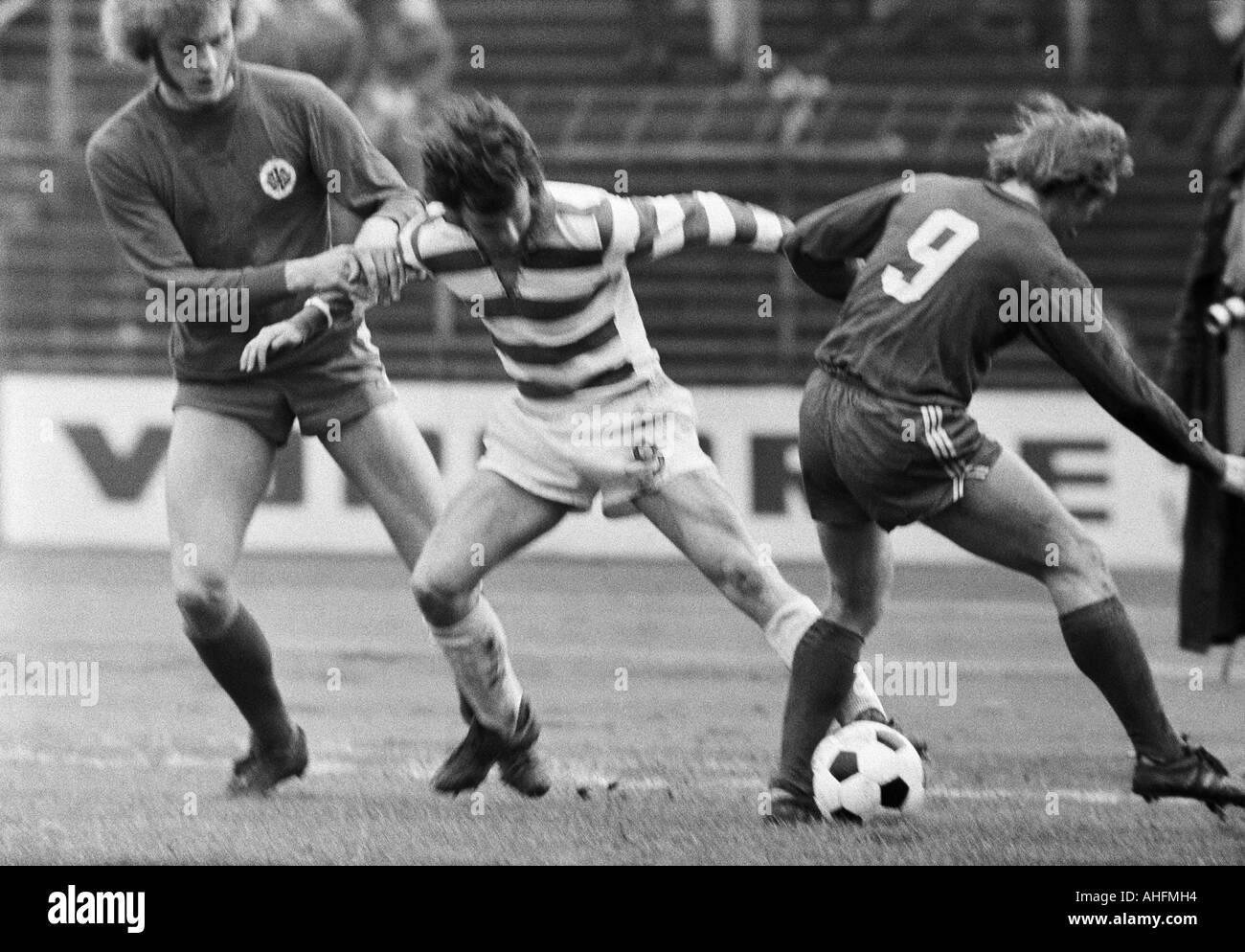 football, Bundesliga, 1971/1972, Wedau Stadium in Duisburg, MSV Duisburg versus Rot-Weiss Oberhausen 0:0, scene of the match, f.l.t.r. Uwe Kliemann (RWO), Klaus Wunder (MSV), Jupp Tenhagen (RWO) - Stock Image