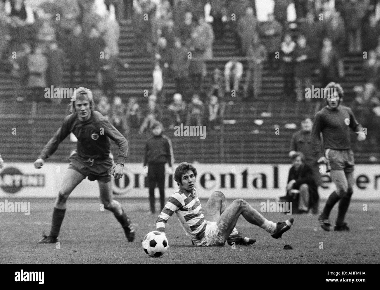 football, Bundesliga, 1971/1972, Wedau Stadium in Duisburg, MSV Duisburg versus Rot-Weiss Oberhausen 0:0, scene of the match, f.l.t.r. Jupp Tenhagen (RWO), Detlef Pirsig (MSV), Willi Mumme (RWO) - Stock Image