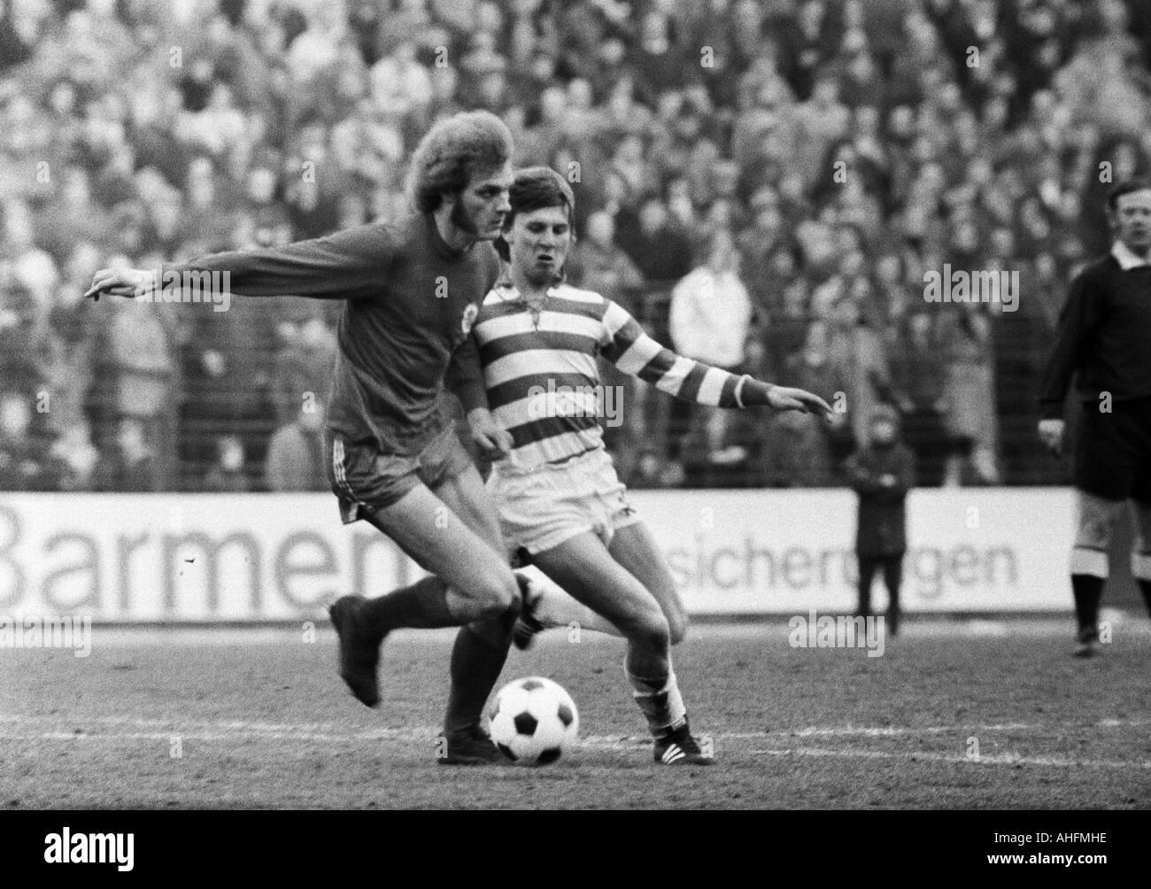 football, Bundesliga, 1971/1972, Wedau Stadium in Duisburg, MSV Duisburg versus Rot-Weiss Oberhausen 0:0, scene of the match, duel between Uwe Kliemann (RWO) left and Ronald Worm (MSV) - Stock Image