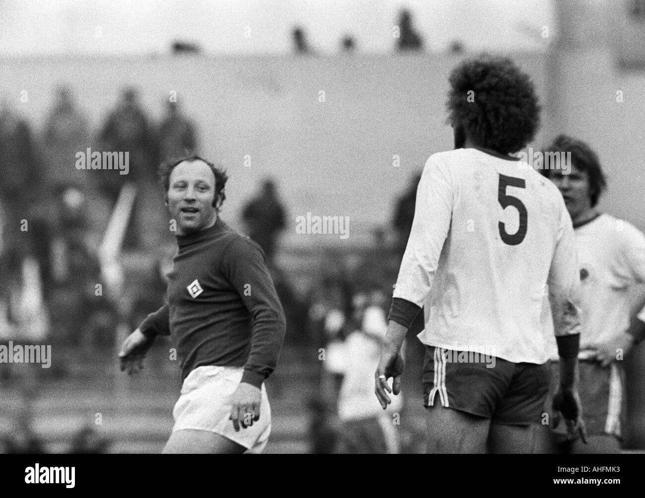 football, Bundesliga, 1971/1972, Rot-Weiss Oberhausen versus Hamburger SV 1:0, Niederrhein Stadium in Oberhausen, scene of the match, f.l.t.r. Uwe Seeler (HSV), Uwe Kliemann (RWO, 5), Lothar Kobluhn (RWO) - Stock Image