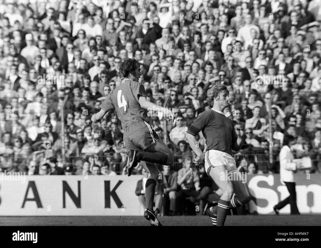 football, Bundesliga, 1971/1972, FC Schalke 04 versus Fortuna Duesseldorf 3:0, Glueckaufkampfbahn Stadium in Gelsenkirchen, scene of the match, Werner Kriegler (Fortuna) left, right Klaus Fichtel (S04) - Stock Image