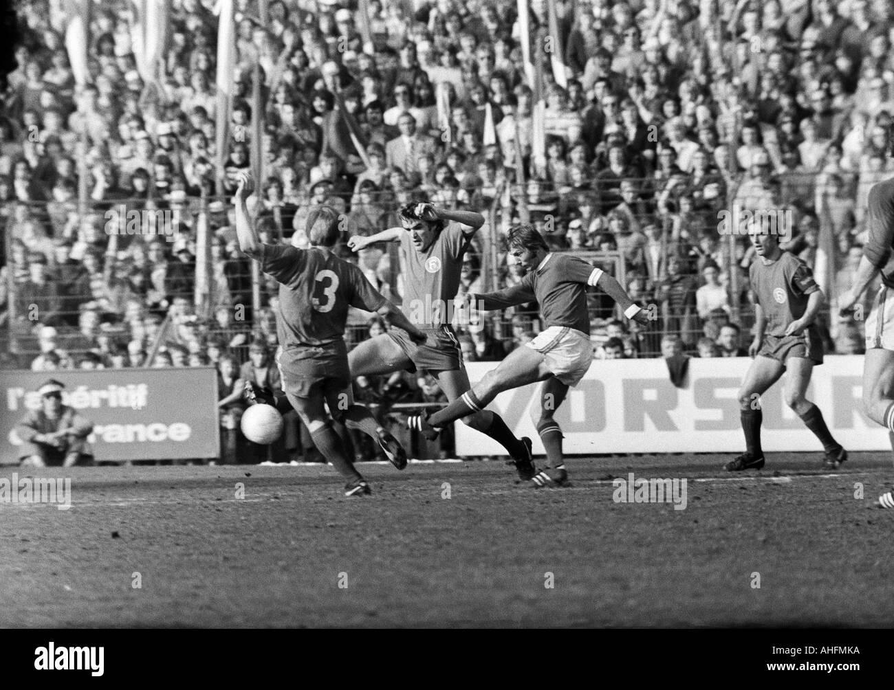 football, Bundesliga, 1971/1972, FC Schalke 04 versus Fortuna Duesseldorf 3:0, Glueckaufkampfbahn Stadium in Gelsenkirchen, scene of the match, f.l.t.r. Werner Lungwitz (Fortuna), Peter Biesenkamp (Fortuna), Reinhard Libuda (S04), Klaus Iwanzik (Fortuna) - Stock Image