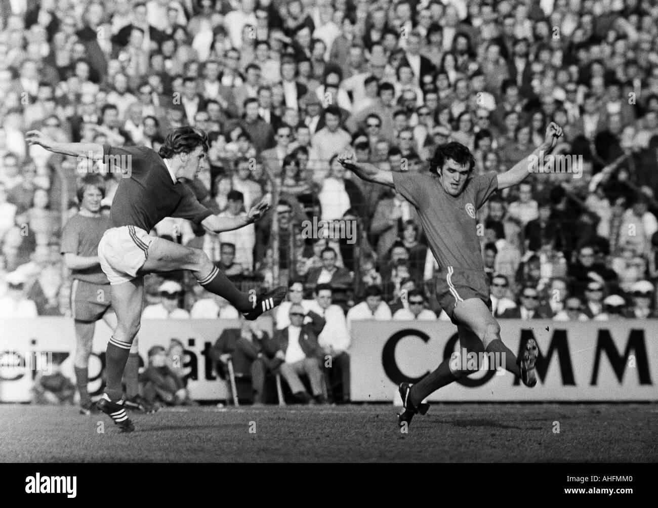 football, Bundesliga, 1971/1972, FC Schalke 04 versus Fortuna Duesseldorf 3:0, Glueckaufkampfbahn Stadium in Gelsenkirchen, scene of the match, Herbert Luetkebohmert (S04) left shots on gaol, right Peter Biesenkamp (Fortuna) - Stock Image