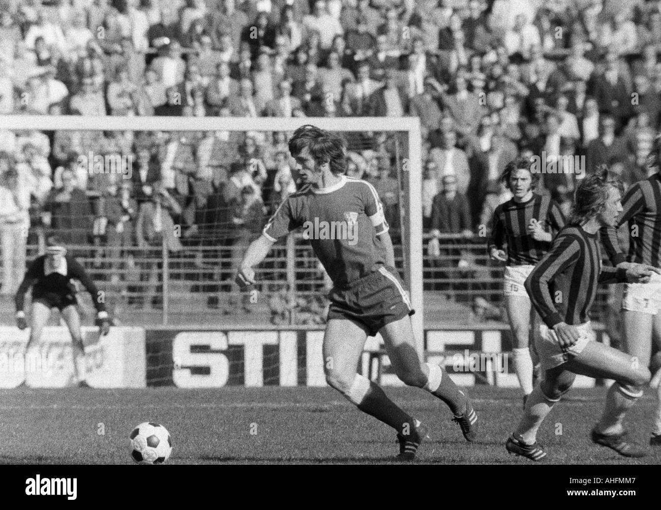 football, Bundesliga, 1971/1972, VfL Bochum versus Hanover 96 2:2, Stadium at the Castroper Strasse in Bochum, scene of the match, f.l.t.r. Hans Walitza (Bochum), Peter Ruehmkorb (96), Juergen Bandura Bertl (96) - Stock Image