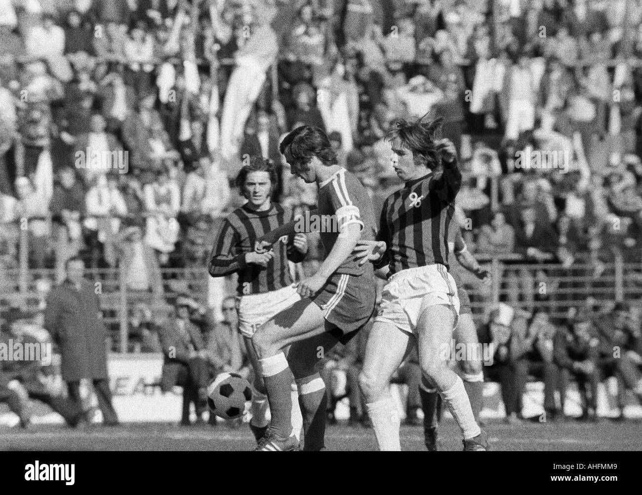 football, Bundesliga, 1971/1972, VfL Bochum versus Hanover 96 2:2, Stadium at the Castroper Strasse in Bochum, scene of the match, f.l.t.r. Peter Ruehmkorb (96), Hans Walitza (Bochum), Peter Anders (96) - Stock Image
