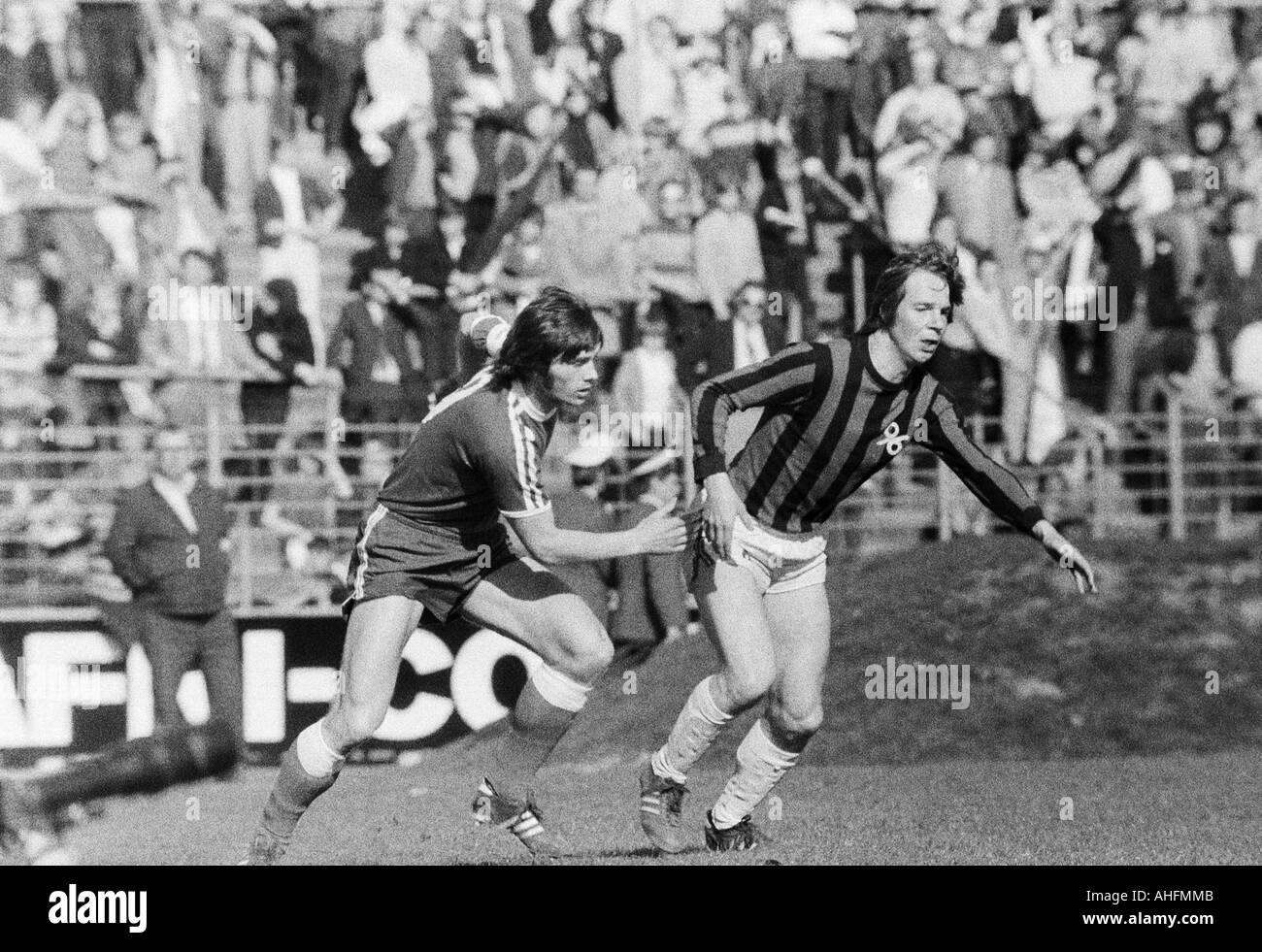 football, Bundesliga, 1971/1972, VfL Bochum versus Hanover 96 2:2, Stadium at the Castroper Strasse in Bochum, scene of the match, Hans Walitza (Bochum) left and Peter Anders (96) - Stock Image