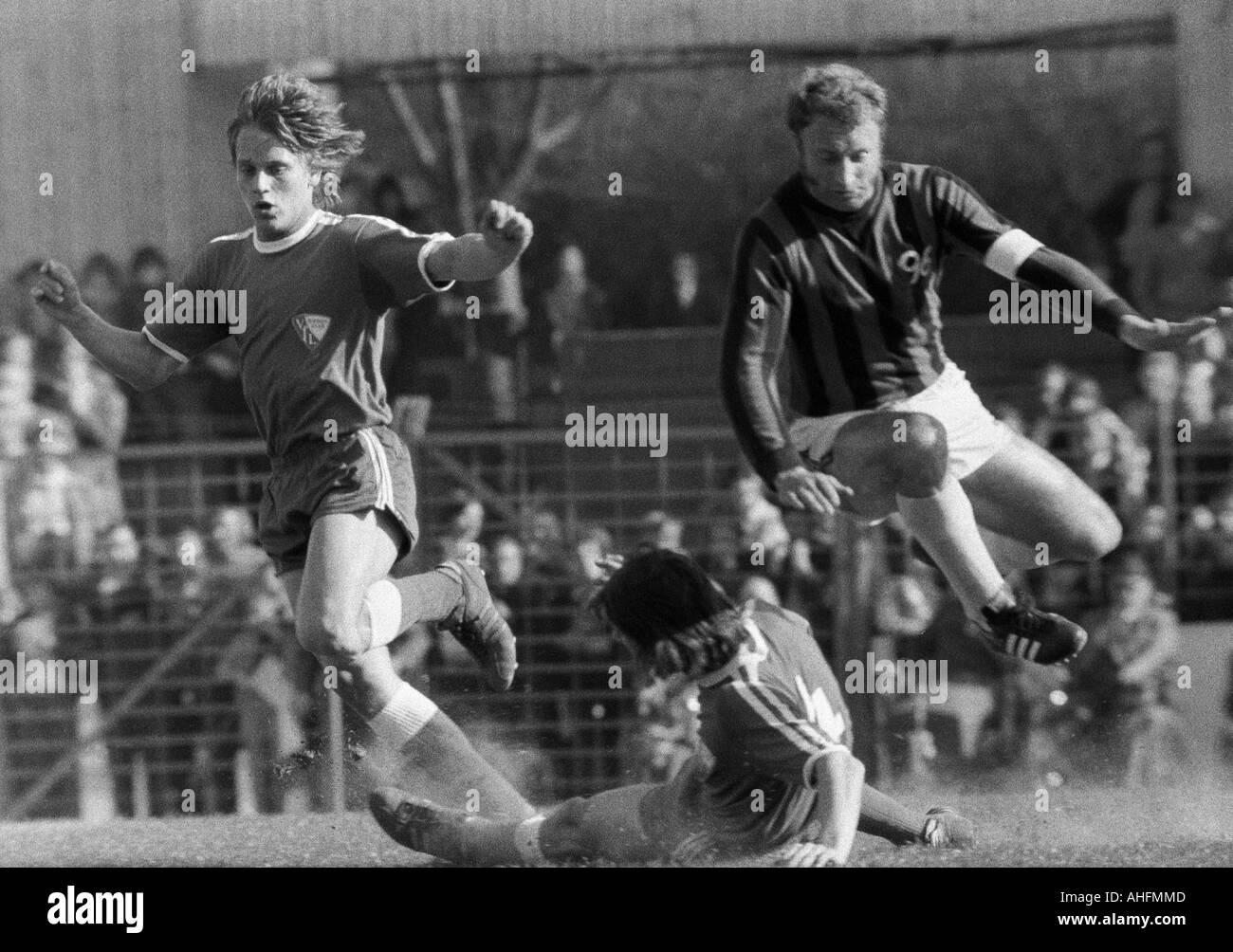 football, Bundesliga, 1971/1972, VfL Bochum versus Hanover 96 2:2, Stadium at the Castroper Strasse in Bochum, scene of the match, f.l.t.r. Hans Guenther Etterich (Bochum), a Bochum player aground, Hans Siemensmeyer (96) - Stock Image