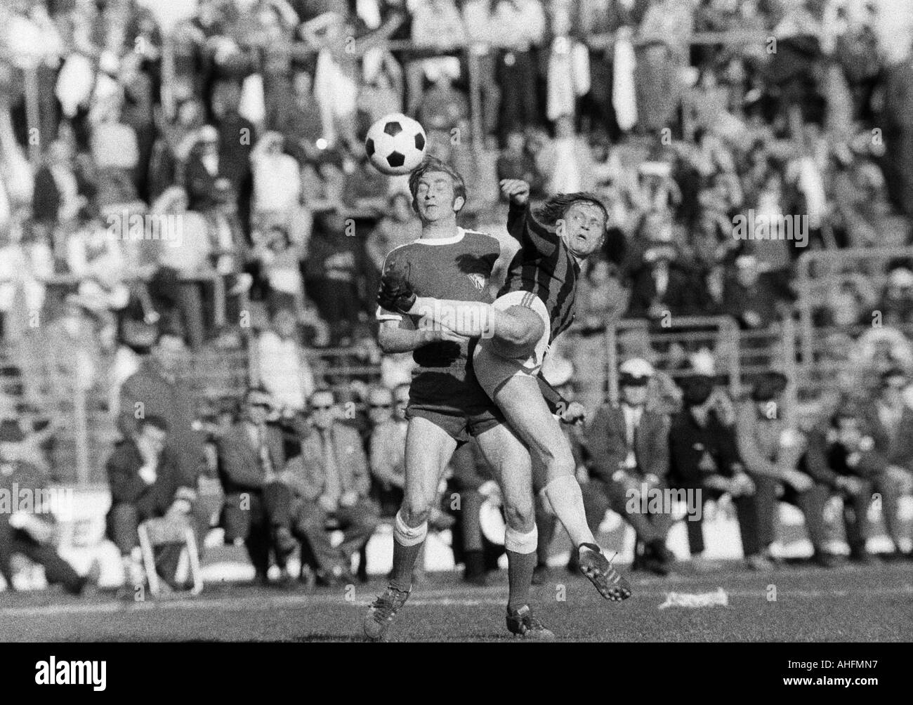 football, Bundesliga, 1971/1972, VfL Bochum versus Hanover 96 2:2, Stadium at the Castroper Strasse in Bochum, scene of the match, duel between Manfred Ruesing (Bochum) left and Ferdinand Keller (96) - Stock Image