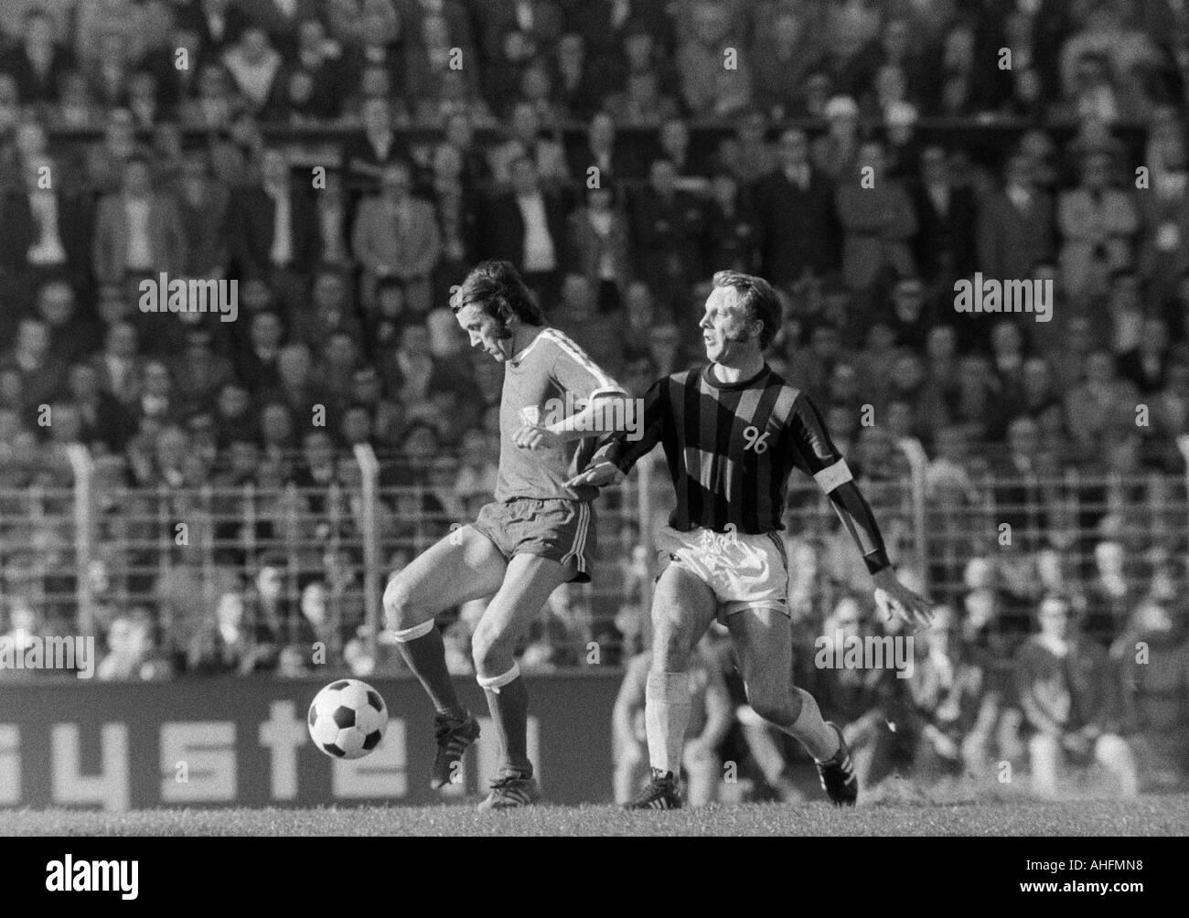 football, Bundesliga, 1971/1972, VfL Bochum versus Hanover 96 2:2, Stadium at the Castroper Strasse in Bochum, scene of the match, duel between Reinhold Wosab (Bochum) left and Hans Siemensmeyer (96) - Stock Image