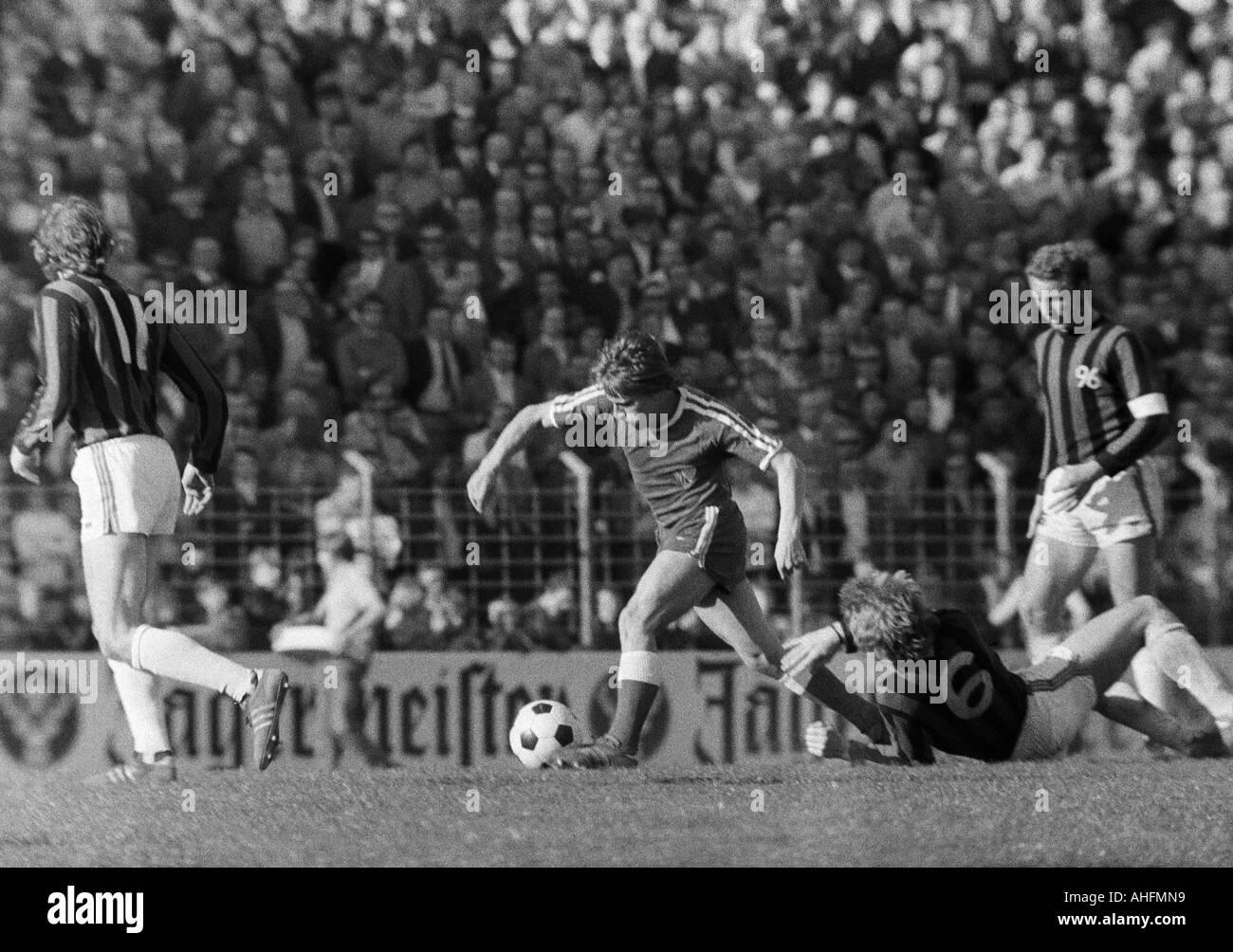football, Bundesliga, 1971/1972, VfL Bochum versus Hanover 96 2:2, Stadium at the Castroper Strasse in Bochum, scene of the match, Hans Guenther Etterich (Bochum) in ball possession, right Hans Siemensmeyer (96) - Stock Image