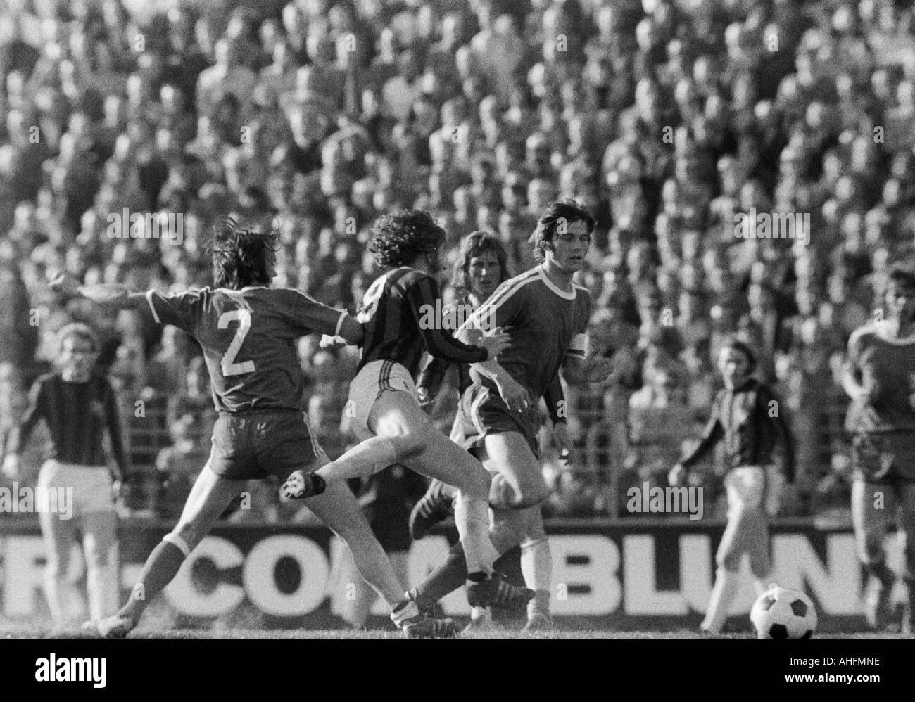 football, Bundesliga, 1971/1972, VfL Bochum versus Hanover 96 2:2, Stadium at the Castroper Strasse in Bochum, scene of the match, f.l.t.r. Reinhold Wosab (Bochum), Ferdinand Keller (96), Hans Joachim Weller (96), Hans Walitza (Bochum) - Stock Image