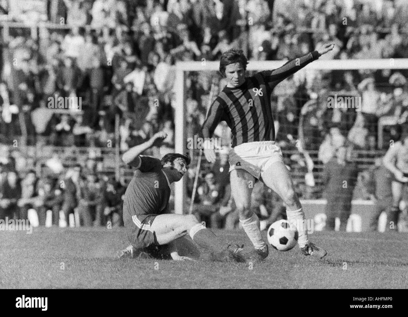 football, Bundesliga, 1971/1972, VfL Bochum versus Hanover 96 2:2, Stadium at the Castroper Strasse in Bochum, scene of the match, duel between Hans Walitza (Bochum) left and Peter Anders (96) - Stock Image