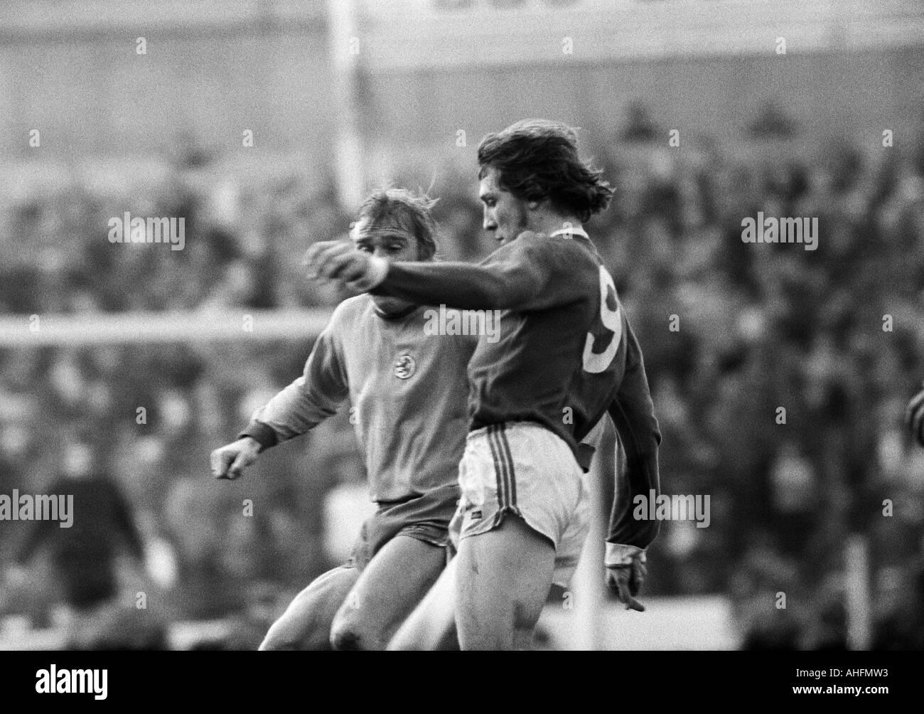 football, Bundesliga, 1971/1972, FC Schalke 04 versus Eintracht Brunswick 5:1, Glueckaufkampfbahn Stadium in Gelsenkirchen, scene of the match, duel between Peter Kaack (BS) left and Klaus Fischer (S04) - Stock Image