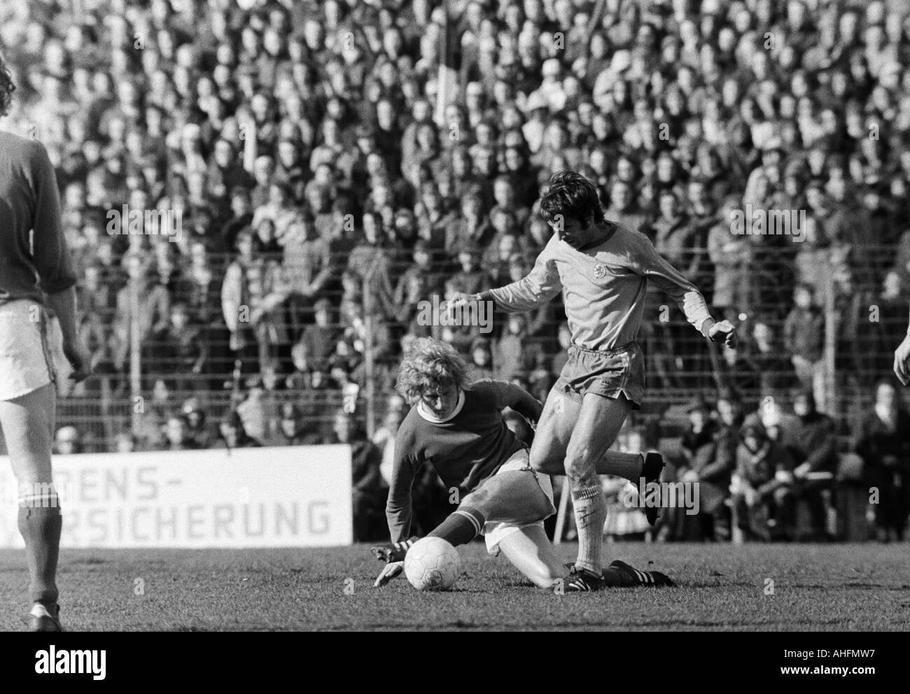 football, Bundesliga, 1971/1972, FC Schalke 04 versus Eintracht Brunswick 5:1, Glueckaufkampfbahn Stadium in Gelsenkirchen, scene of the match, duel between Klaus Fichtel (S04) left and Klaus Gerwin (BS) - Stock Image
