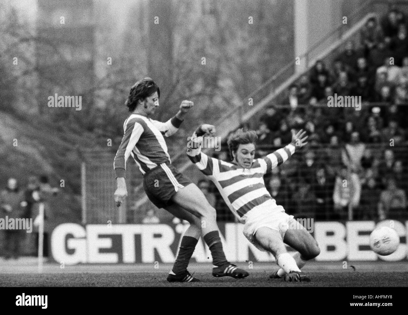 football, Bundesliga, 1971/1972, Wedau Stadium in Duisburg, MSV Duisburg versus FC Bayern Munich 3:0, scene of the match, duel between Wilhelm Hoffmann (FCB) left and Bernard Dietz (MSV) - Stock Image