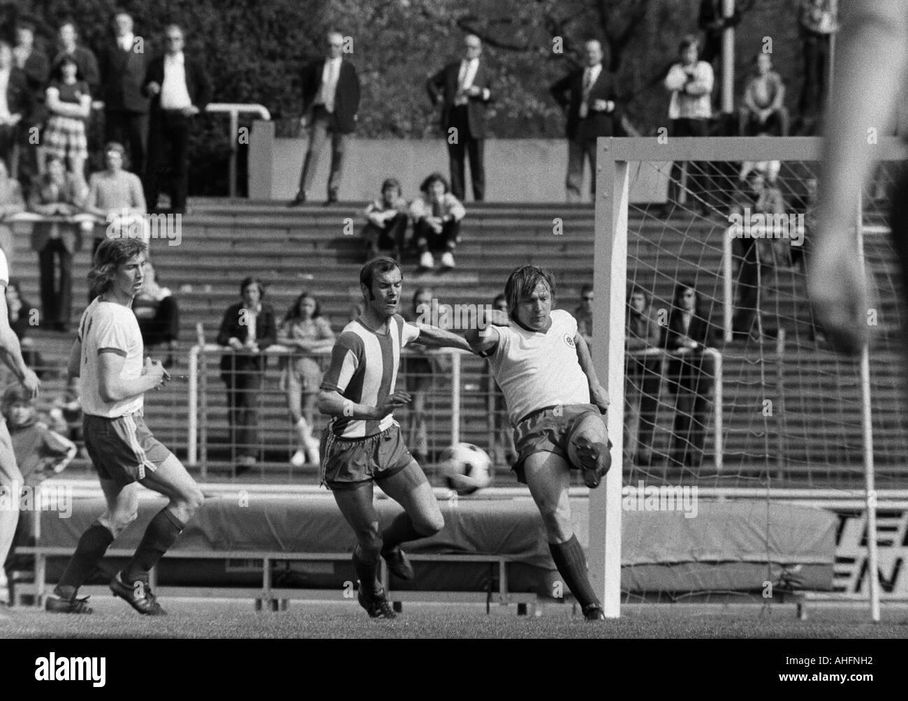football, Bundesliga, 1971/1972, Rot-Weiss Oberhausen versus Hertha BSC Berlin 5:2, Niederrhein Stadium in Oberhausen, scene of the match, f.l.t.r. Ditmar Jakobs (RWO), Erwin Hermandung (Berlin), Lothar Kobluhn (RWO) - Stock Image