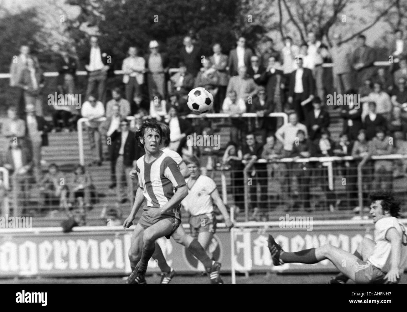 football, Bundesliga, 1971/1972, Rot-Weiss Oberhausen versus Hertha BSC Berlin 5:2, Niederrhein Stadium in Oberhausen, scene of the match, f.l.t.r. Wolfgang Gayer (Berlin), Hans Schumacher (RWO), Ludwig Denz (RWO) aground - Stock Image