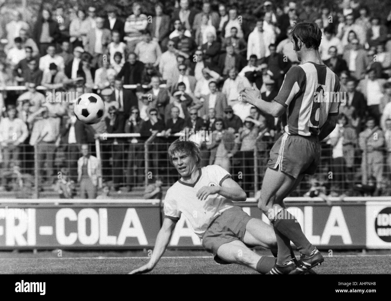 football, Bundesliga, 1971/1972, Rot-Weiss Oberhausen versus Hertha BSC Berlin 5:2, Niederrhein Stadium in Oberhausen, scene of the match, duel between Hans Schumacher (RWO) left and Erwin Hermandung (Berlin) - Stock Image