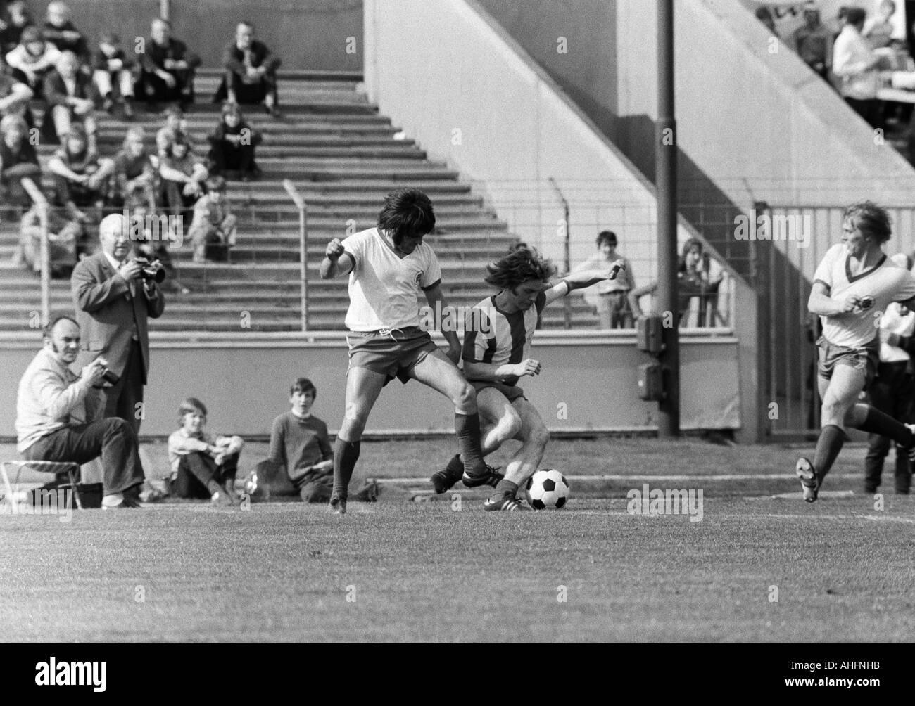 football, Bundesliga, 1971/1972, Rot-Weiss Oberhausen versus Hertha BSC Berlin 5:2, Niederrhein Stadium in Oberhausen, scene of the match, duel between Gerd Woermer (RWO) left and Arno Steffenhagen (Berlin), right Hans Schumacher (RWO) - Stock Image