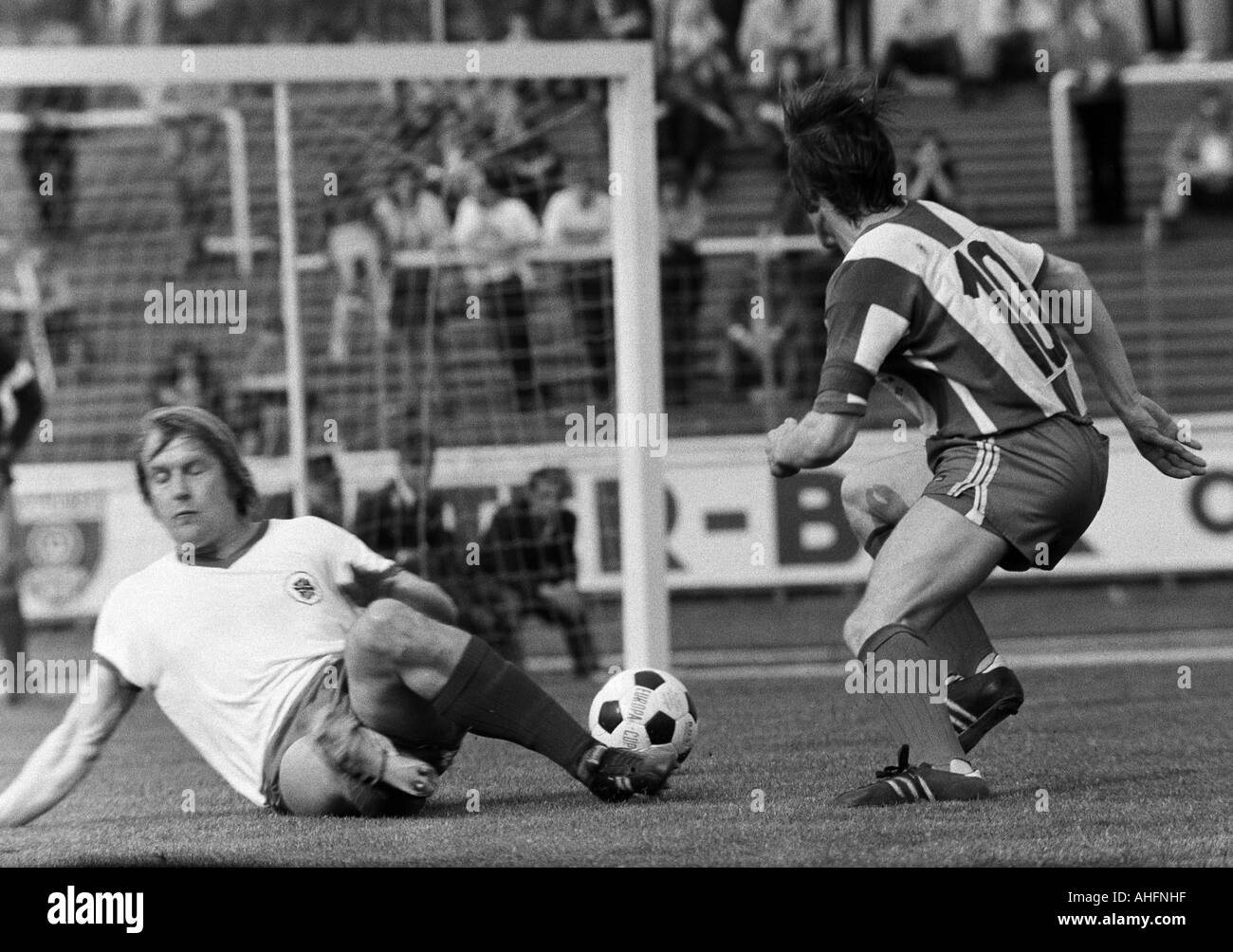 football, Bundesliga, 1971/1972, Rot-Weiss Oberhausen versus Hertha BSC Berlin 5:2, Niederrhein Stadium in Oberhausen, scene of the match, duel between Lothar Kobluhn (RWO) aground and Lorenz Horr (Berlin) - Stock Image