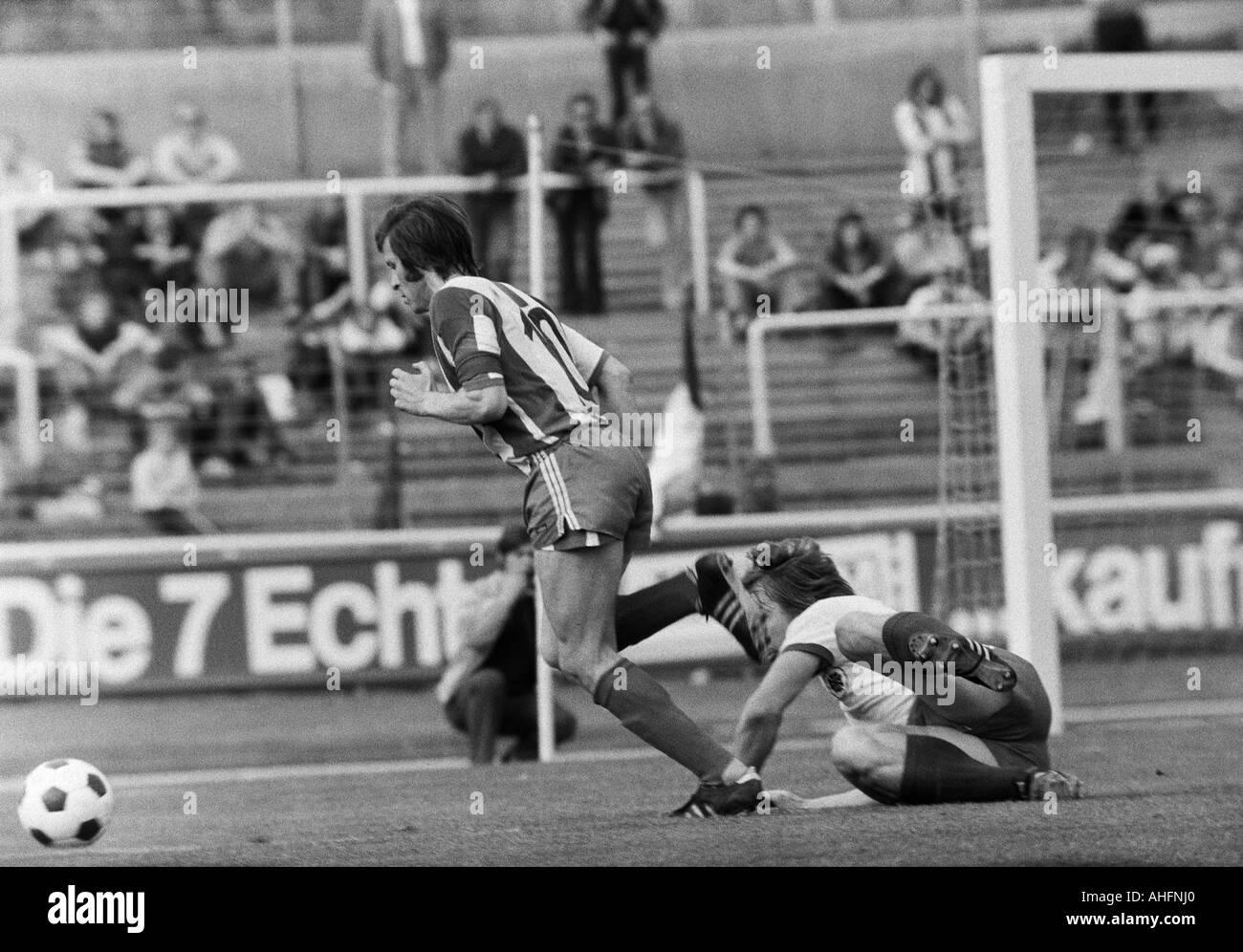 football, Bundesliga, 1971/1972, Rot-Weiss Oberhausen versus Hertha BSC Berlin 5:2, Niederrhein Stadium in Oberhausen, scene of the match, duel between Lorenz Horr (Berlin) left and an Oberhausen player - Stock Image