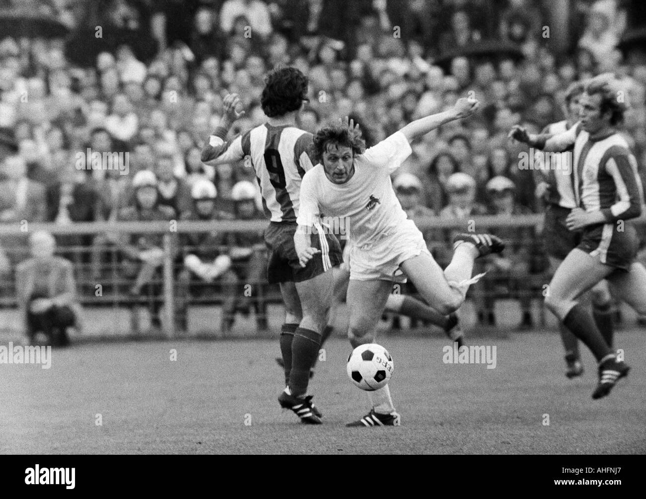 football, Bundesliga, 1971/1972, Stadium Radrennbahn near the Muengersdorfer Stadium in Cologne, 1. FC Cologne versus FC Bayern Munich 1:4, scene of the match, f.l.t.r. Gerd Mueller (FCB), Heinz Flohe (Koeln), Ulrich Hoeness (FCB) - Stock Image