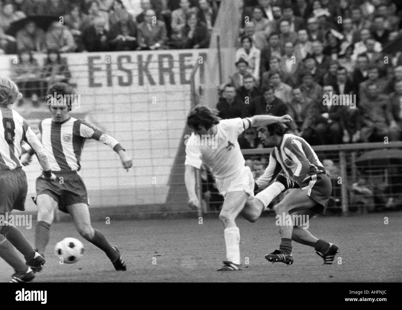 football, Bundesliga, 1971/1972, Stadium Radrennbahn near the Muengersdorfer Stadium in Cologne, 1. FC Cologne versus FC Bayern Munich 1:4, scene of the match, f.l.t.r. Franz Beckenbauer (FCB), Hennes Loehr (Koeln), Franz Krauthausen (FCB) - Stock Image