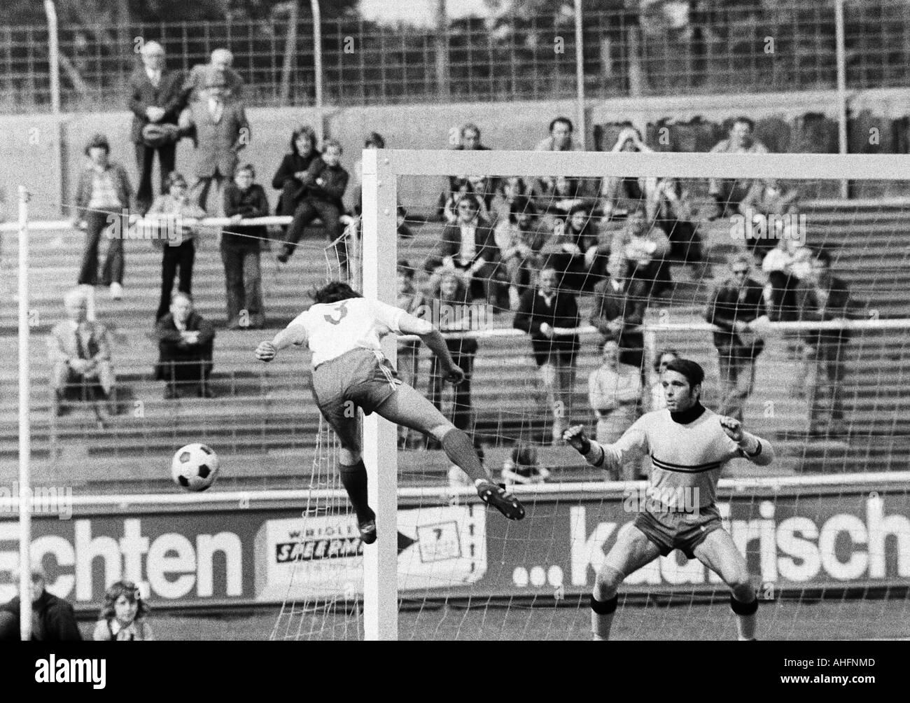 football, Bundesliga, 1971/1972, Rot-Weiss Oberhausen versus Werder Bremen 2:2, Niederrhein Stadium in Oberhausen, scene of the match, left an Oberhausen player, right keeper Guenter Bernard (Bremen) - Stock Image