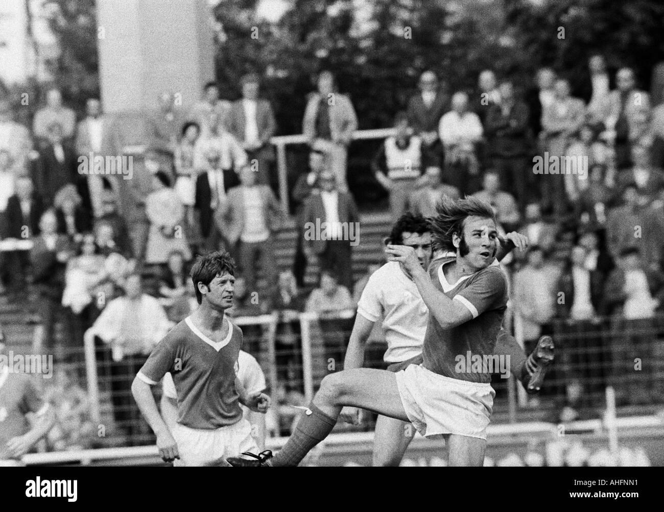 football, Bundesliga, 1971/1972, Rot-Weiss Oberhausen versus Werder Bremen 2:2, Niederrhein Stadium in Oberhausen, scene of the match, f.l.t.r. Arnold Schuetz (Bremen), Ludwig Denz (RWO), Willi Goetz (Bremen) - Stock Image