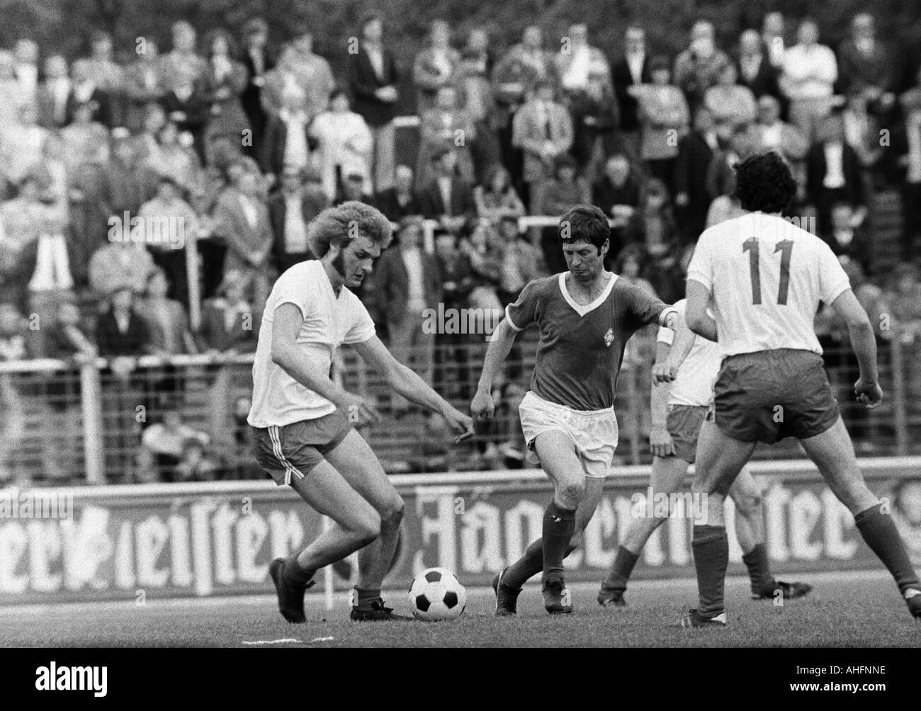 football, Bundesliga, 1971/1972, Rot-Weiss Oberhausen versus Werder Bremen 2:2, Niederrhein Stadium in Oberhausen, scene of the match, duel between Uwe Kliemann (RWO) left and Arnold Schuetz (Bremen), right Ludwig Denz (RWO, 11) - Stock Image