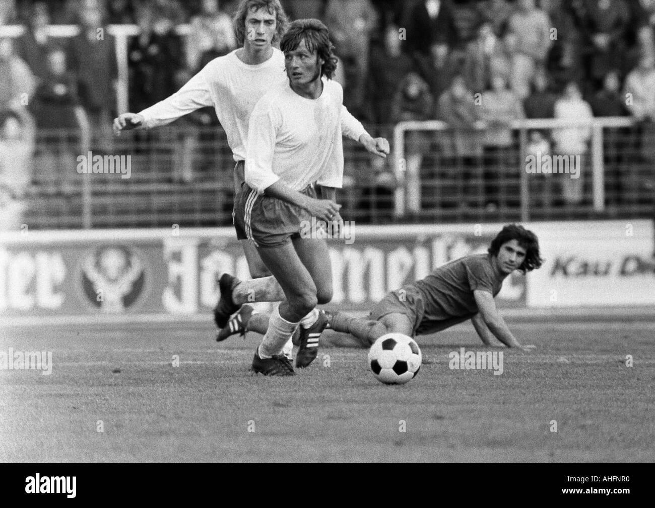 football, Bundesliga, 1972/1973, Niederrhein Stadium in Oberhausen, Rot-Weiss Oberhausen versus FC Bayern Munich 0:5, scene of the match, f.l.t.r. Ditmar Jakobs (RWO), Gerd Woermer (RWO), Gerd Mueller (FCB) - Stock Image