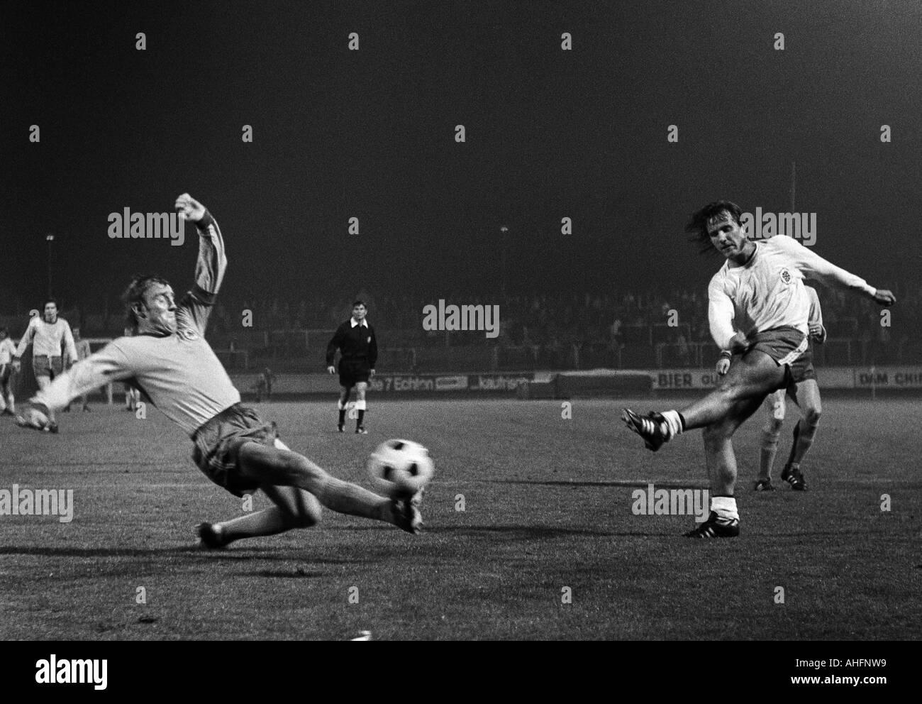 football, Bundesliga, 1972/1973, Rot-Weiss Oberhausen versus Eintracht Brunswick 0:1, Niederrhein Stadium in Oberhausen, scene of the match, shot on goal by Herbert Liedtke (RWO) right, left Peter Kaack (BS) - Stock Image