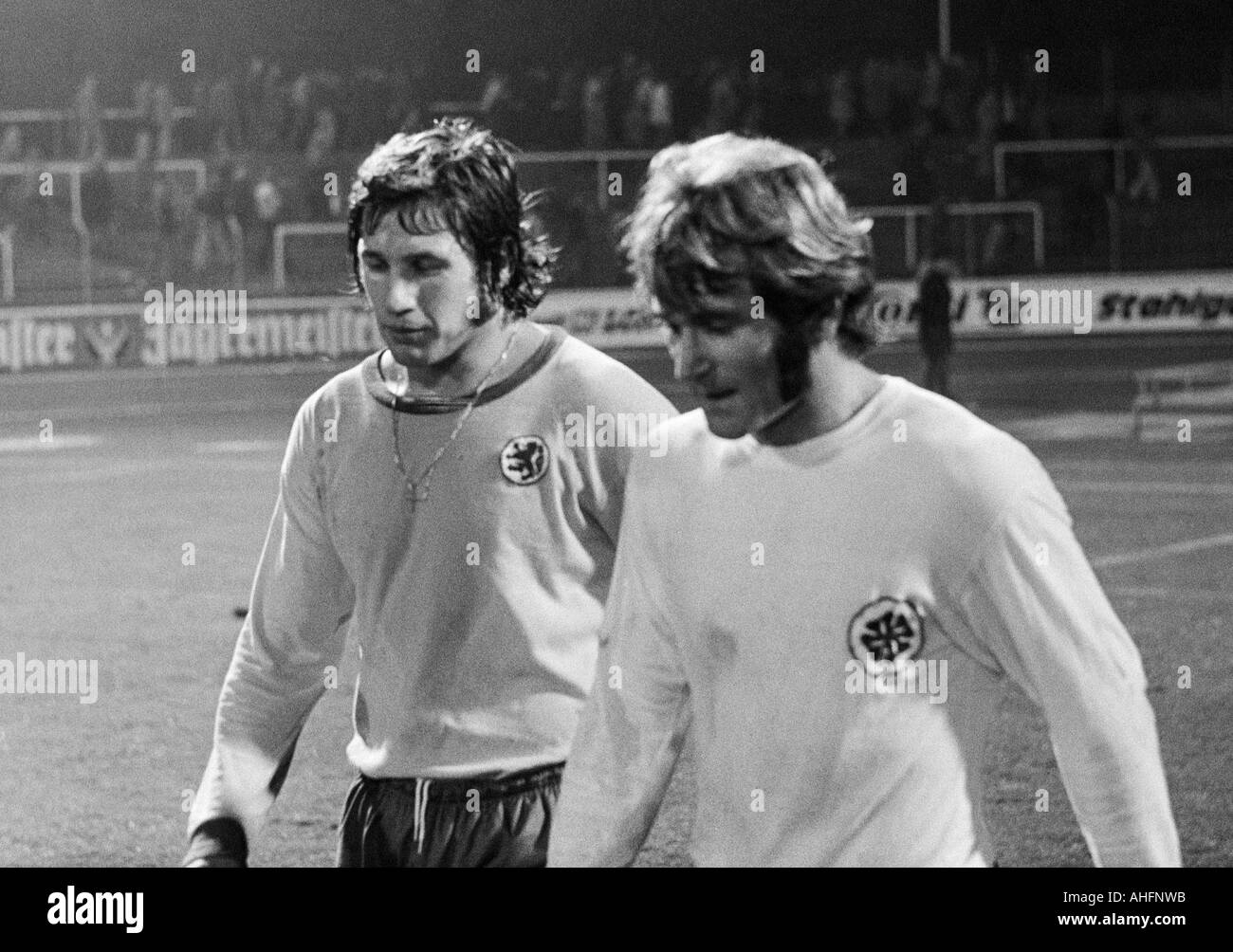 football, Bundesliga, 1972/1973, Rot-Weiss Oberhausen versus Eintracht Brunswick 0:1, Niederrhein Stadium in Oberhausen, football players leave the pitch, Franz Merkhoffer (BS) left and Willi Mumme (RWO) - Stock Image