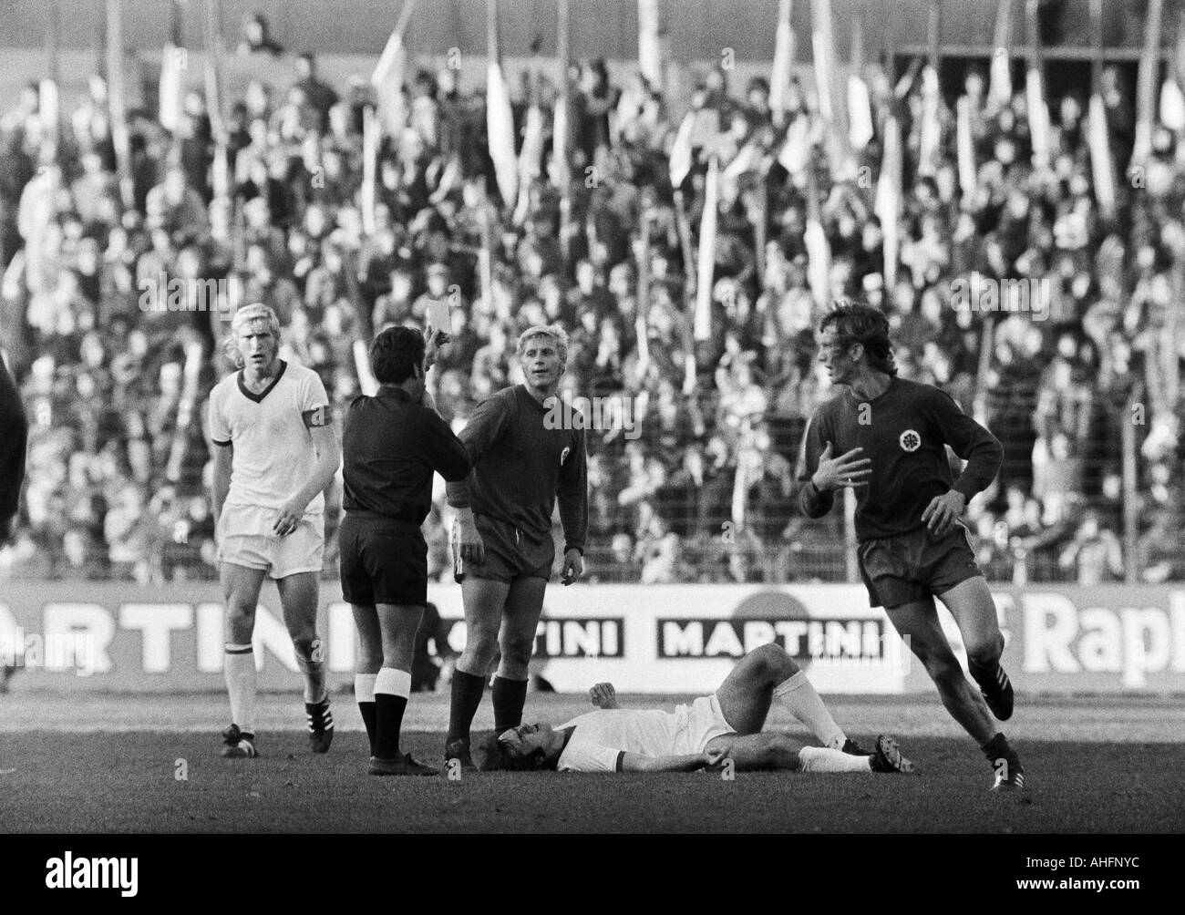 football, Bundesliga, 1972/1973, FC Schalke 04 versus Rot-Weiss Oberhausen 3:0, Glueckaufkampfbahn Stadium in Gelsenkirchen, scene of the match, f.l.t.r. Rolf Ruessmann (S04), referee Dieter Berner from Enzberg yellow-cards Gert Froehlich (RWO), Peter Ehm - Stock Image
