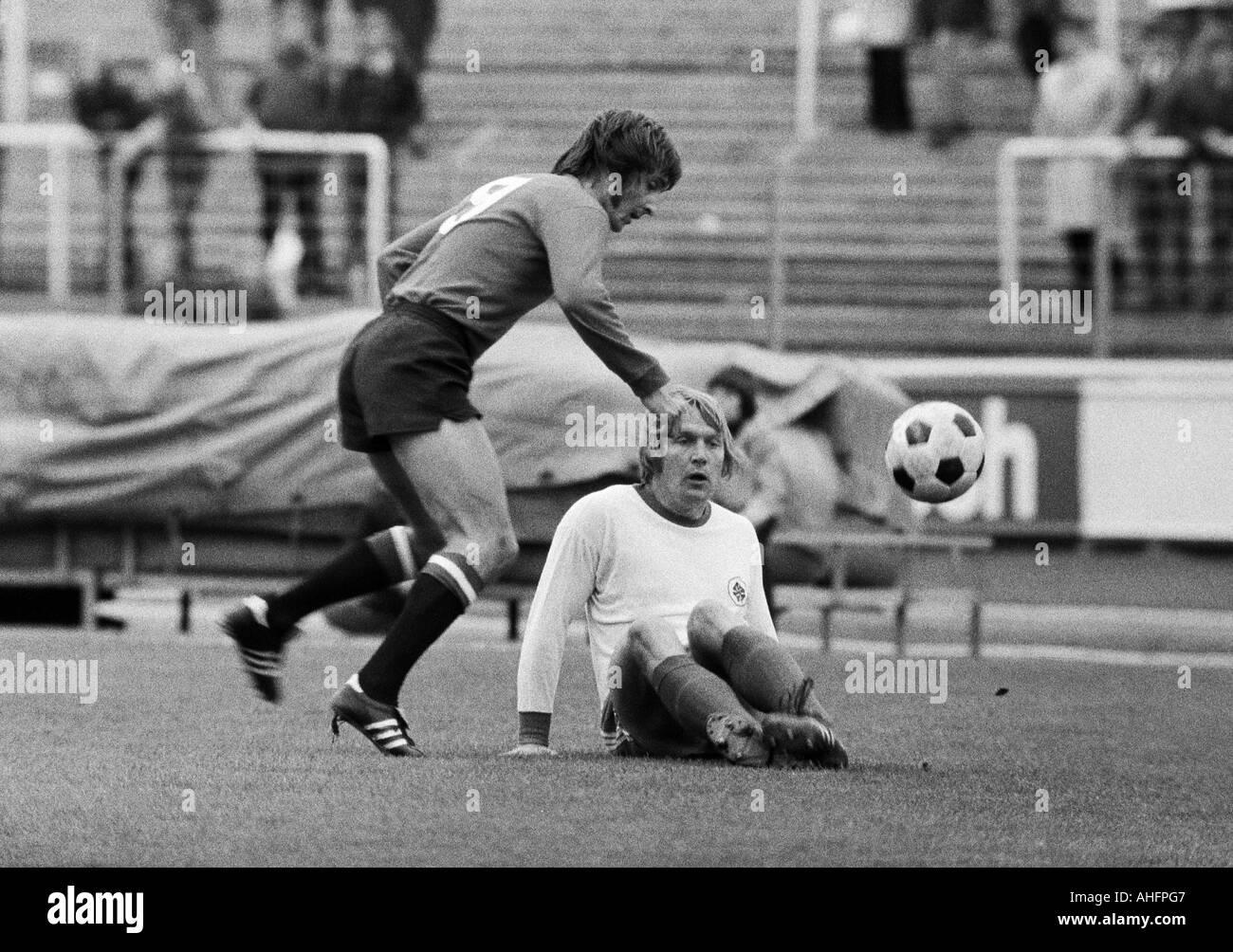 football, Bundesliga, 1972/1973, Rot-Weiss Oberhausen versus Eintracht Frankfurt 1:0, Niederrhein Stadium in Oberhausen, scene of the match, duel between Thomas Parits (Frankfurt) left and Lothar Kobluhn (RWO) - Stock Image