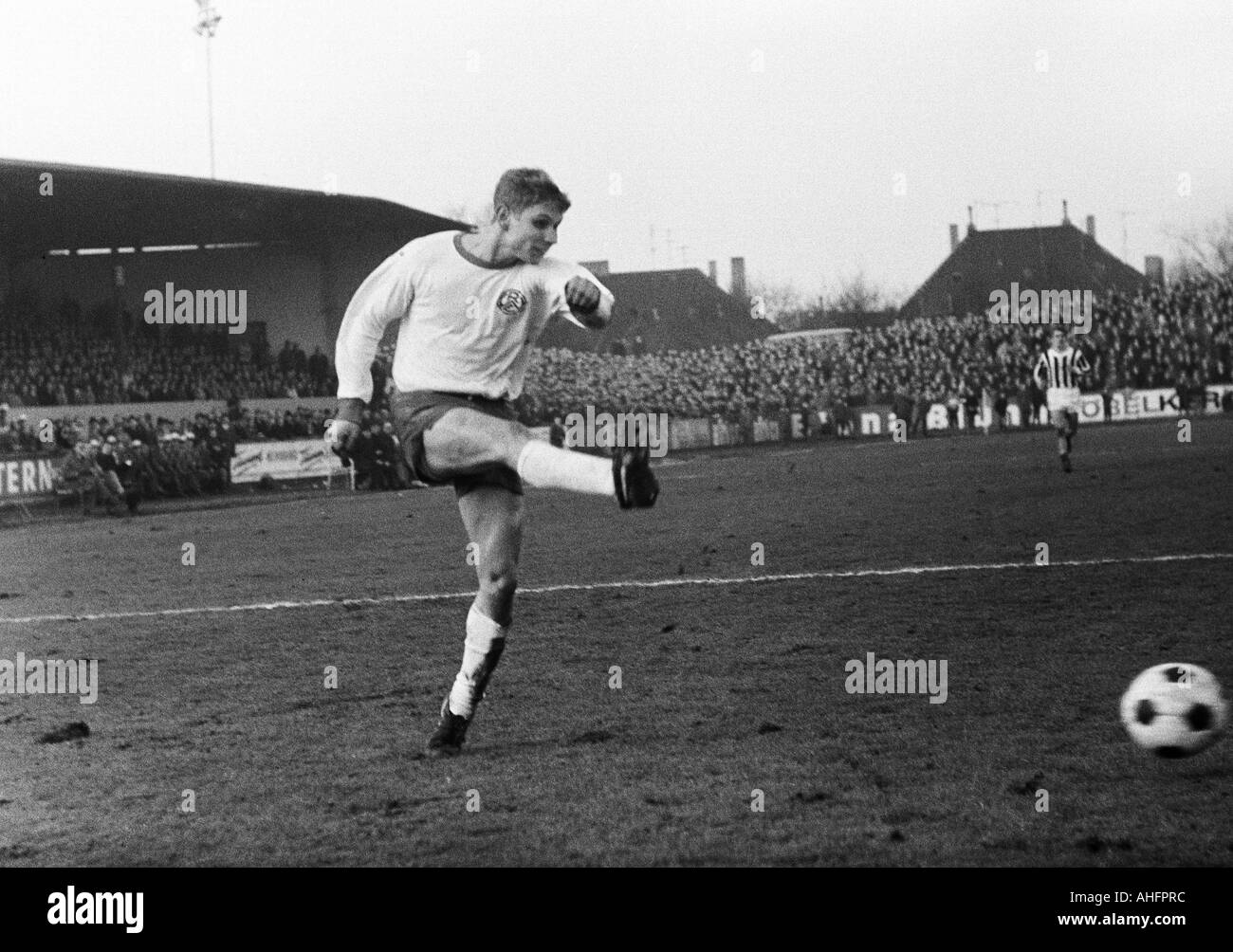 football, Regionalliga West, 1967/1968, ETB Schwarz-Weiss Essen versus Rot-Weiss Essen 1:3, Stadium am Uhlenkrug in Essen, scene of the match, Helmut Littek (RWE) shots on goal - Stock Image
