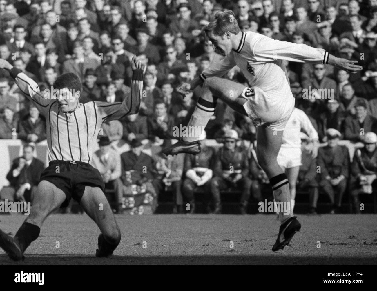 football, Bundesliga, 1967/1968, Borussia Moenchengladbach versus Alemannia Aix-La-Chapelle 3:0, Boekelberg Stadium, scene of the match, shot on goal by Guenter Netzer (MG), left Peter Schoengen (Aachen) - Stock Image