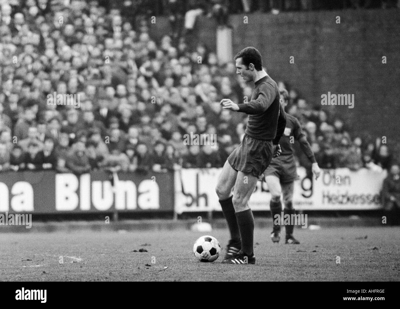 football, Bundesliga, 1967/1968, Boekelberg Stadium in Moenchengladbach, Borussia Moenchengladbach versus FC Bayern Munich 1:1, scene of the match, Franz Beckenbauer (FCB) in ball possession - Stock Image