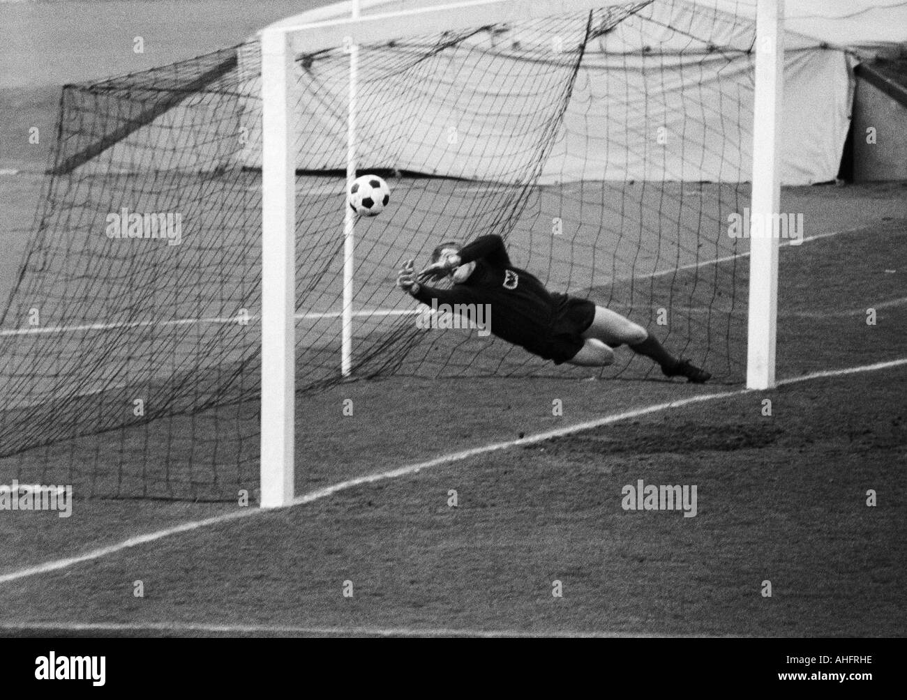 football, Regionalliga West, 1967/1968, Niederrhein Stadium in Oberhausen, Rot-Weiss Oberhausen versus Preussen Muenster 1:0, scene of the match, save by keeper Horst Bertram (Muenster) - Stock Image