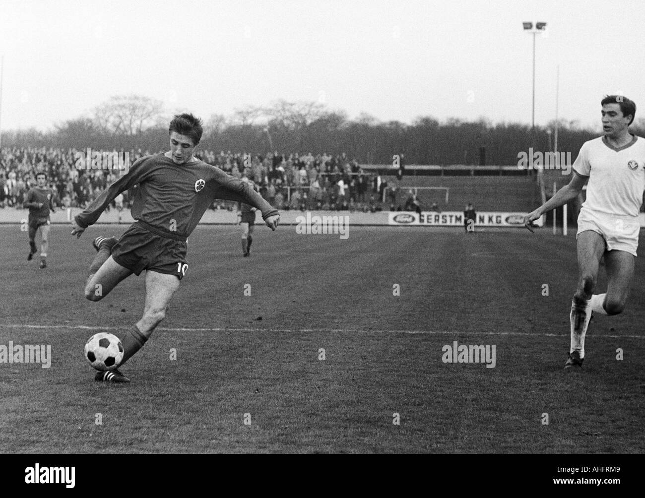 football, Regionalliga West, 1967/1968, Rot-Weiss Oberhausen versus TSV Marl-Huels 3:1, Niederrhein Stadium in Oberhausen, scene of the match, left Werner Ohm (RWO), right Guenter Peters (Marl) - Stock Image