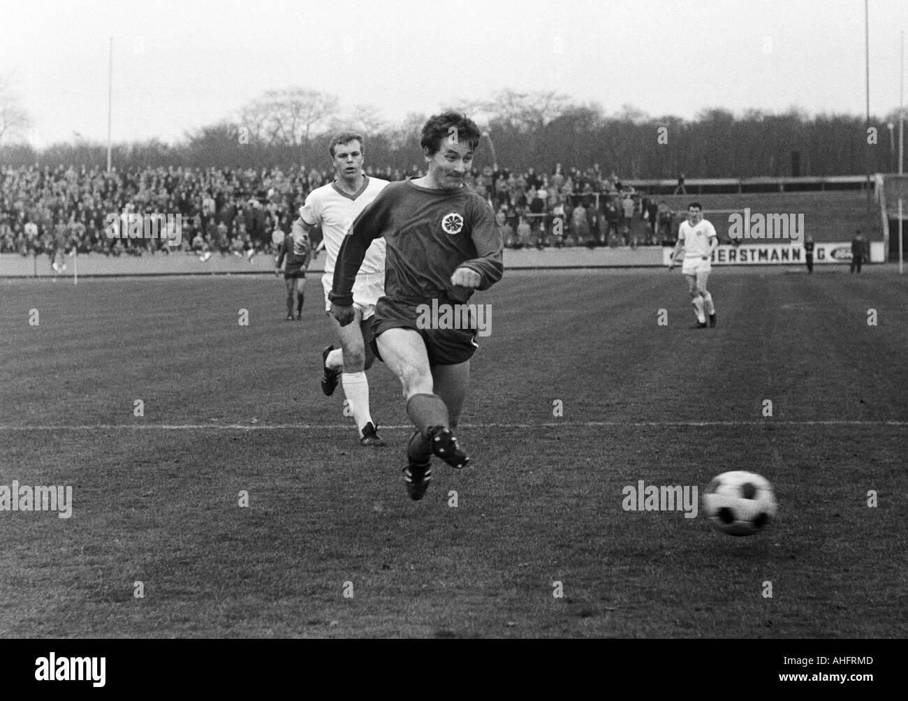 football, Regionalliga West, 1967/1968, Rot-Weiss Oberhausen versus TSV Marl-Huels 3:1, Niederrhein Stadium in Oberhausen, scene of the match, Wolfgang Mueller (RWO) shots on goal, behind Wolfgang Kropf (Marl) - Stock Image
