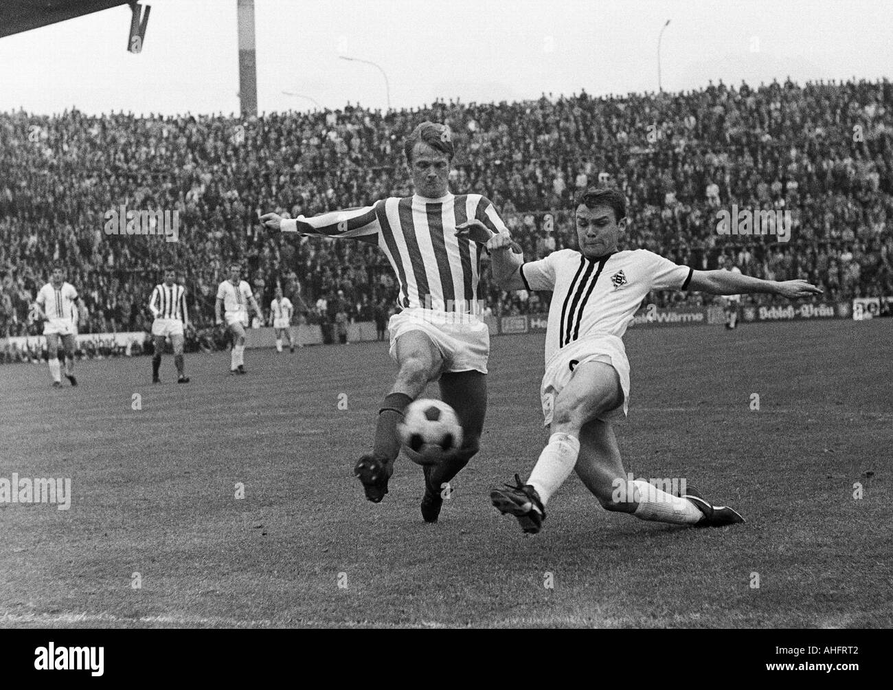 football, Bundesliga, 1967/1968, Boekelberg Stadium, Borussia Moenchengladbach versus 1. FC Cologne 1:0, scene of the match, duel between Karl Heinz Thielen (Koeln) left and Herbert Laumen (MG) - Stock Image
