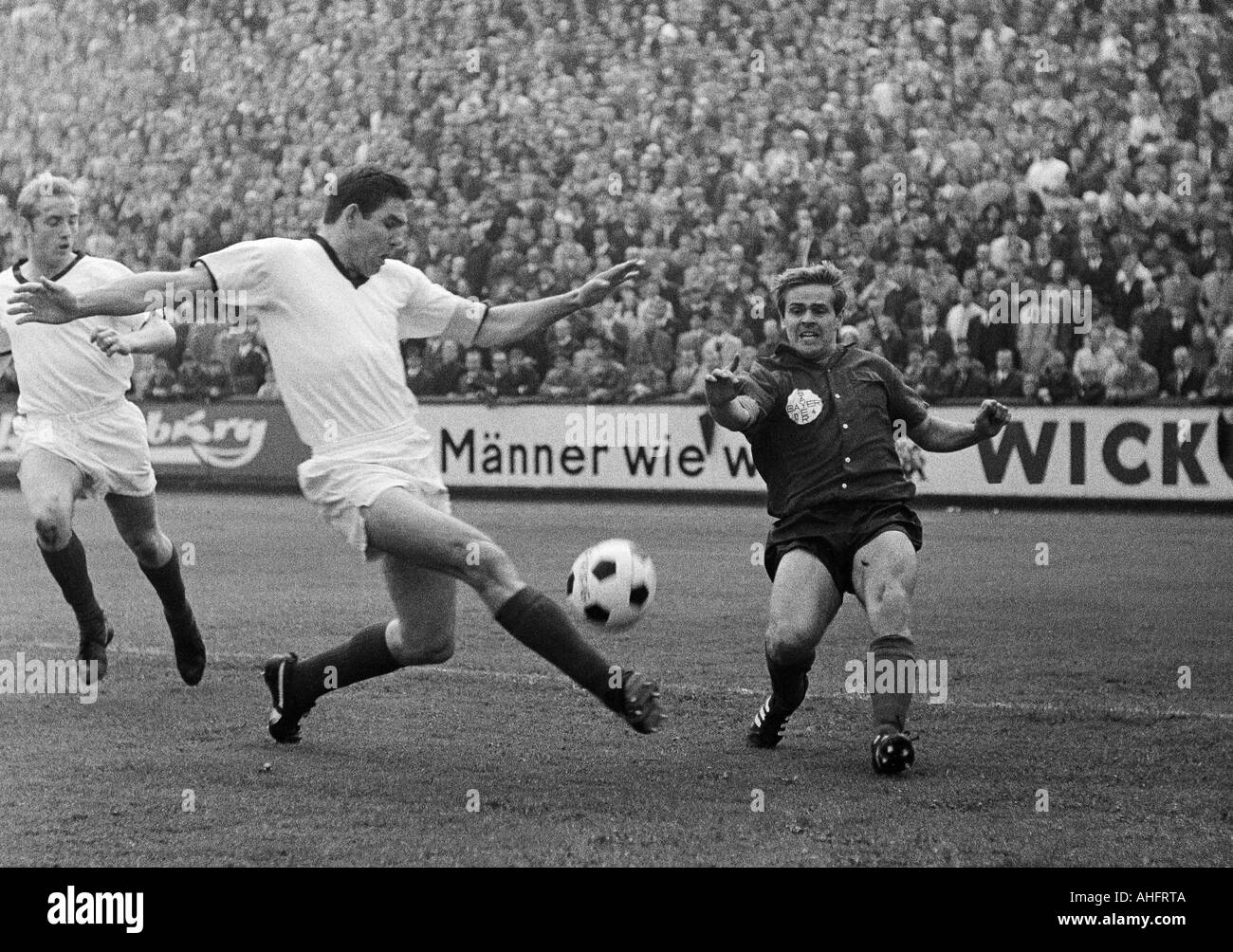football, Regionalliga West, 1967/1968, ETB Schwarz-Weiss Essen versus Bayer Leverkusen 3:3, Stadium am Uhlenkrug in Essen, scene of the match, duel between Helmut Bruecken (Leverkusen) right and Huelsmann (ETB), left Hermann Bredenfeld (ETB) - Stock Image