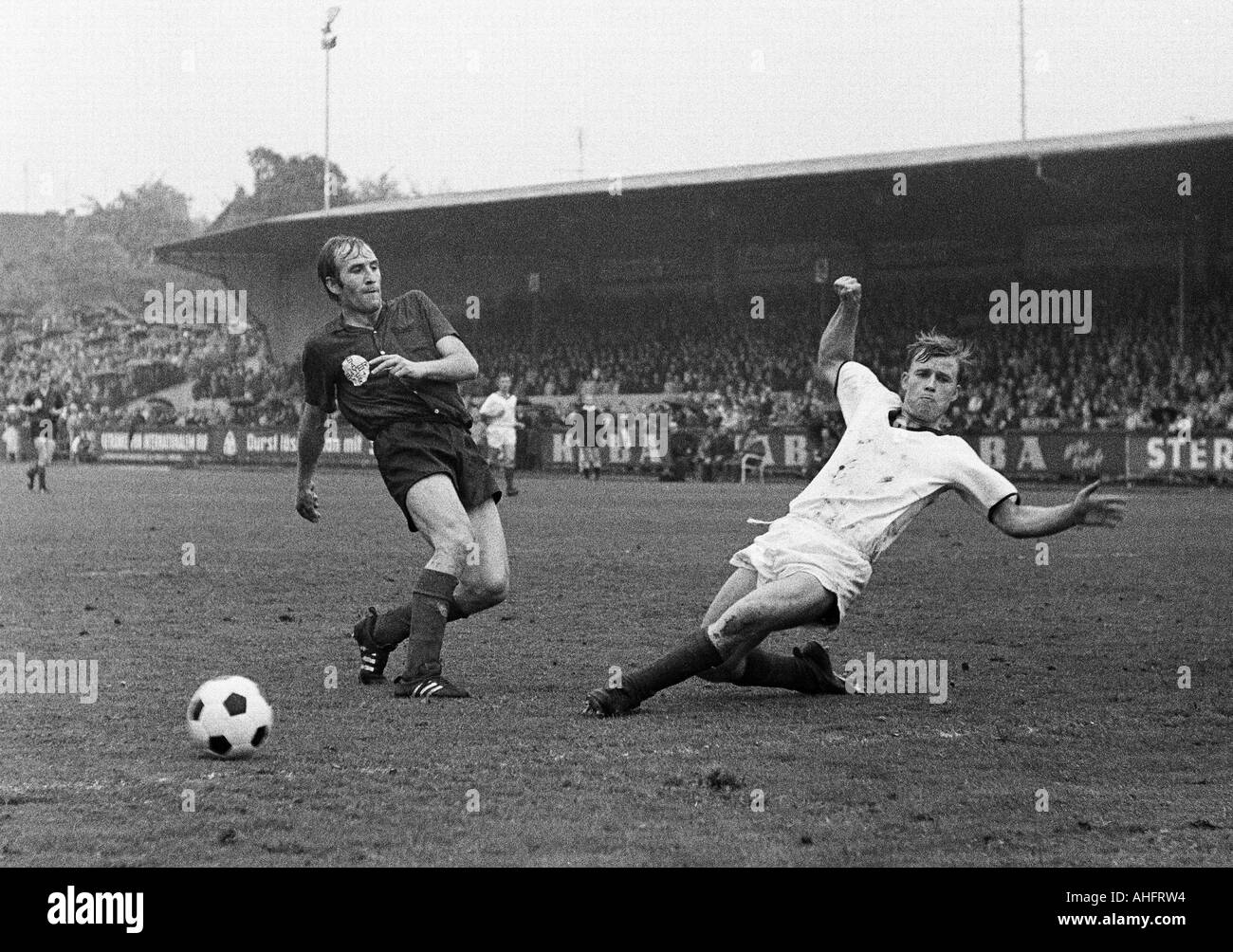 football, Regionalliga West, 1967/1968, ETB Schwarz-Weiss Essen versus Bayer Leverkusen 3:3, Stadium am Uhlenkrug in Essen, scene of the match, duel between Helmut Richert (Bayer) left and Herbert Stoffmehl (ETB) - Stock Image