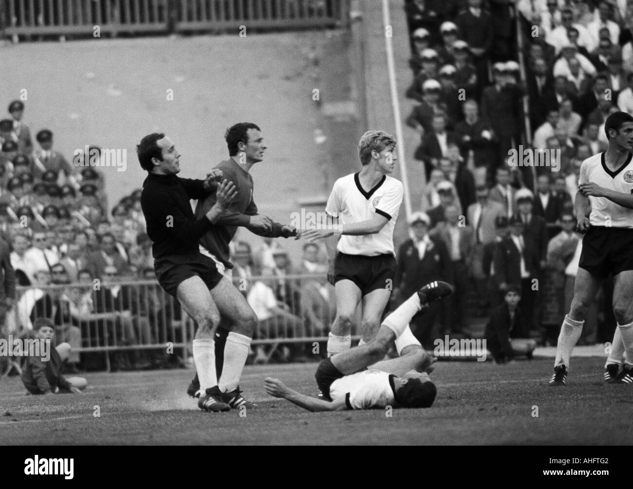 football, international match, 1968, Niedersachsen Stadium in Hanover, Germany versus England 1:0, scene of the match, f.l.t.r. keeper Horst Wolter (FRG), Brian Labone (England), Klaus Fichtel (FRG), a german player aground, Lorenz (FRG) - Stock Image
