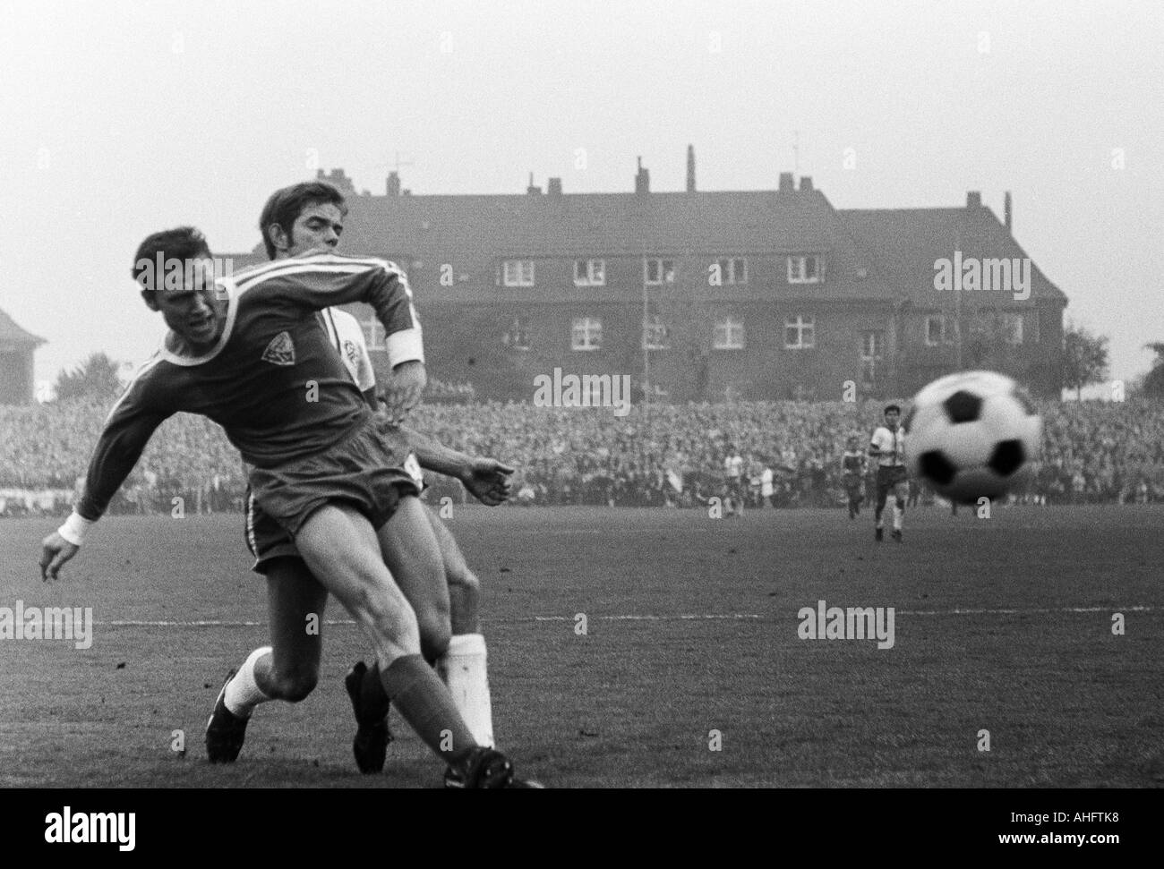 football, Regionalliga West, 1968/1969, VfL Bochum versus Rot-Weiss Essen 2:1, Stadium an der Castroper Strasse in Bochum, scene of the match, duel between Erwin Galeski (VfL) left and Rolf Lefkes (RWE) - Stock Image