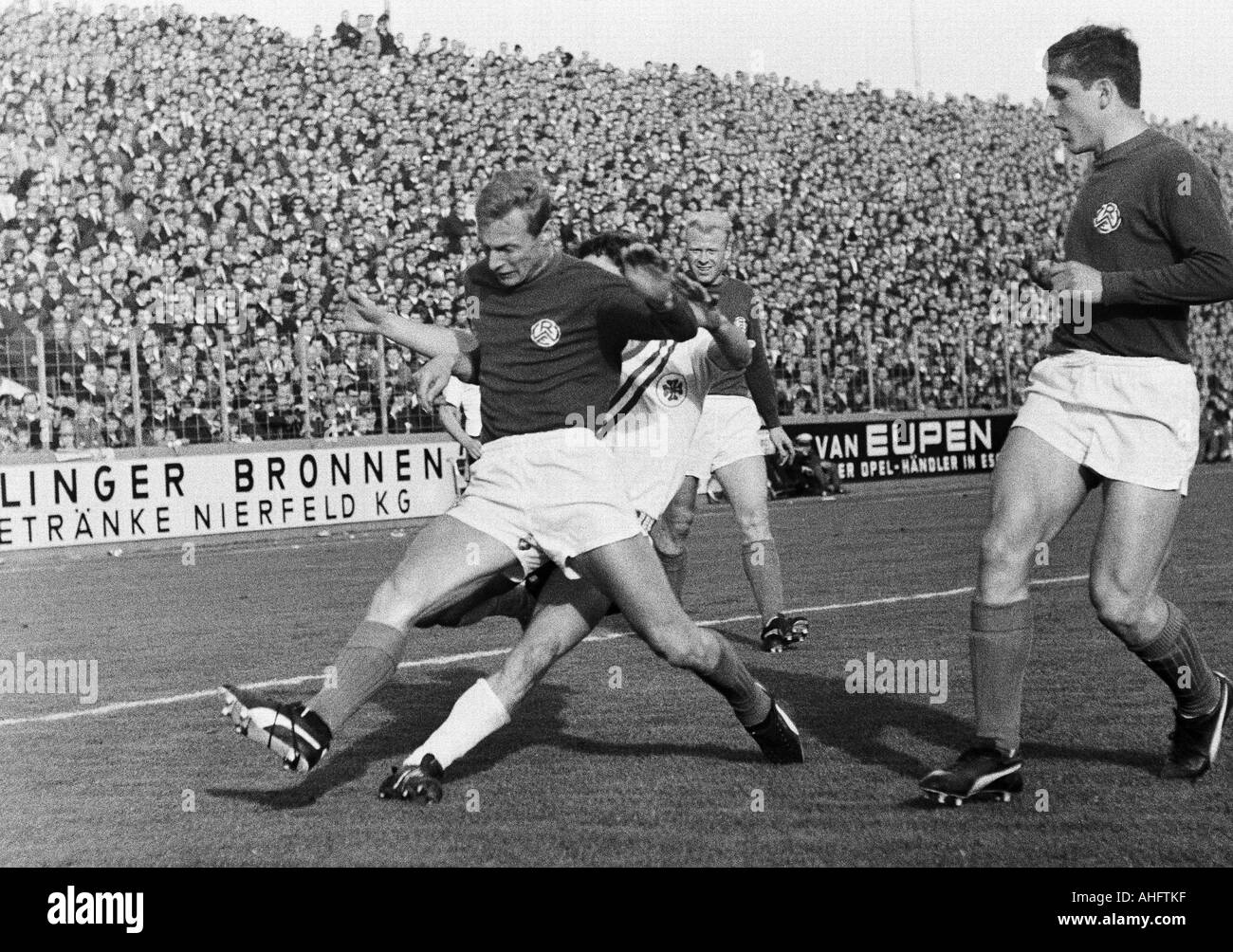football, Regionalliga West, 1968/1969, Rot-Weiss Essen versus Rot-Weiss Oberhausen 0:0, Stadium an der Hafenstrasse in Essen, scene of the match, duel between Heinz Stauvermann (RWE) left and an Oberhausen player, behind Werner Kik (RWE), right Roland Pe - Stock Image