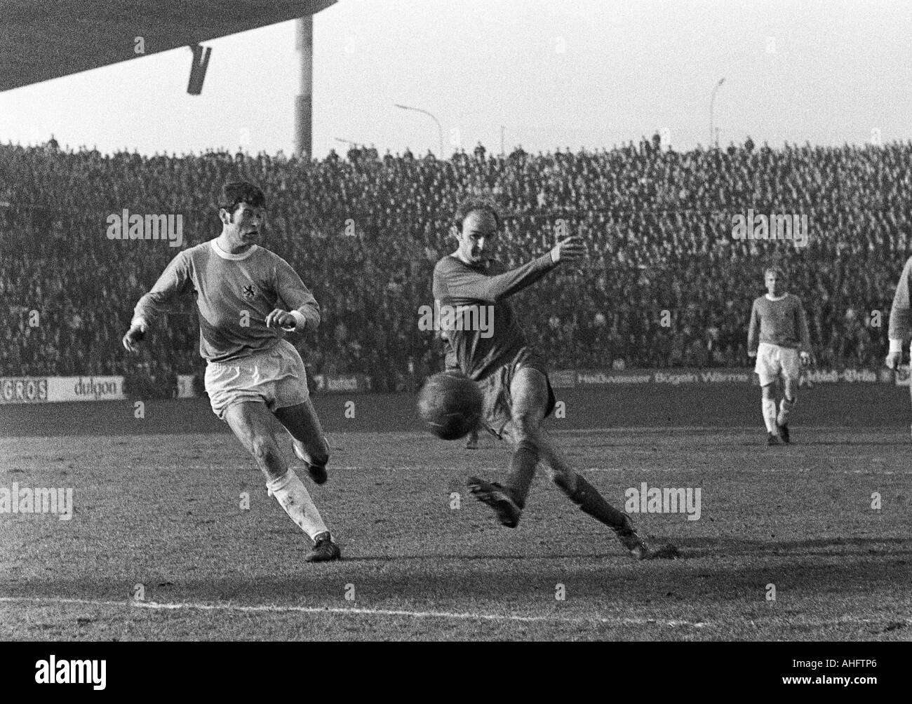football, Bundesliga, 1968/1969, Borussia Moenchengladbach versus 1860 Munich 3:0, Boekelberg Stadium, scene of the match, left Hans Reich (1860), right Horst Koeppel (MG) shots on goal - Stock Image