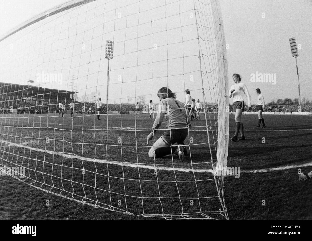 football, Bundesliga, 1972/1973, Rot-Weiss Oberhausen versus Borussia Moenchengladbach 1:3, Niederrhein Stadium in Oberhausen, scene of the match, keeper Wolfgang Kleff (MG) crouching at his goal - Stock Image